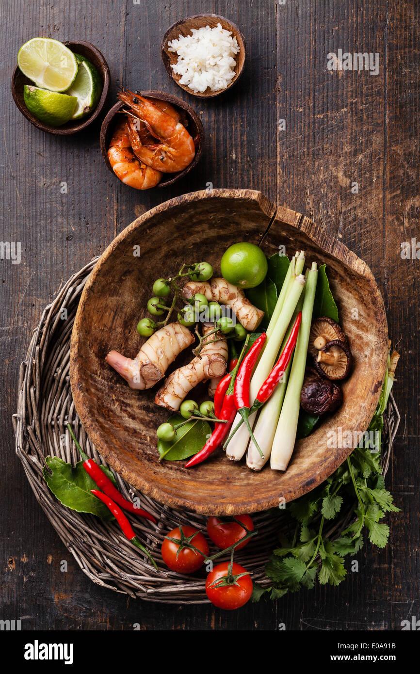 Ingrédients pour soupe Thaï épicé Tom Yam au Lait de Coco, Piments et fruits de mer Photo Stock