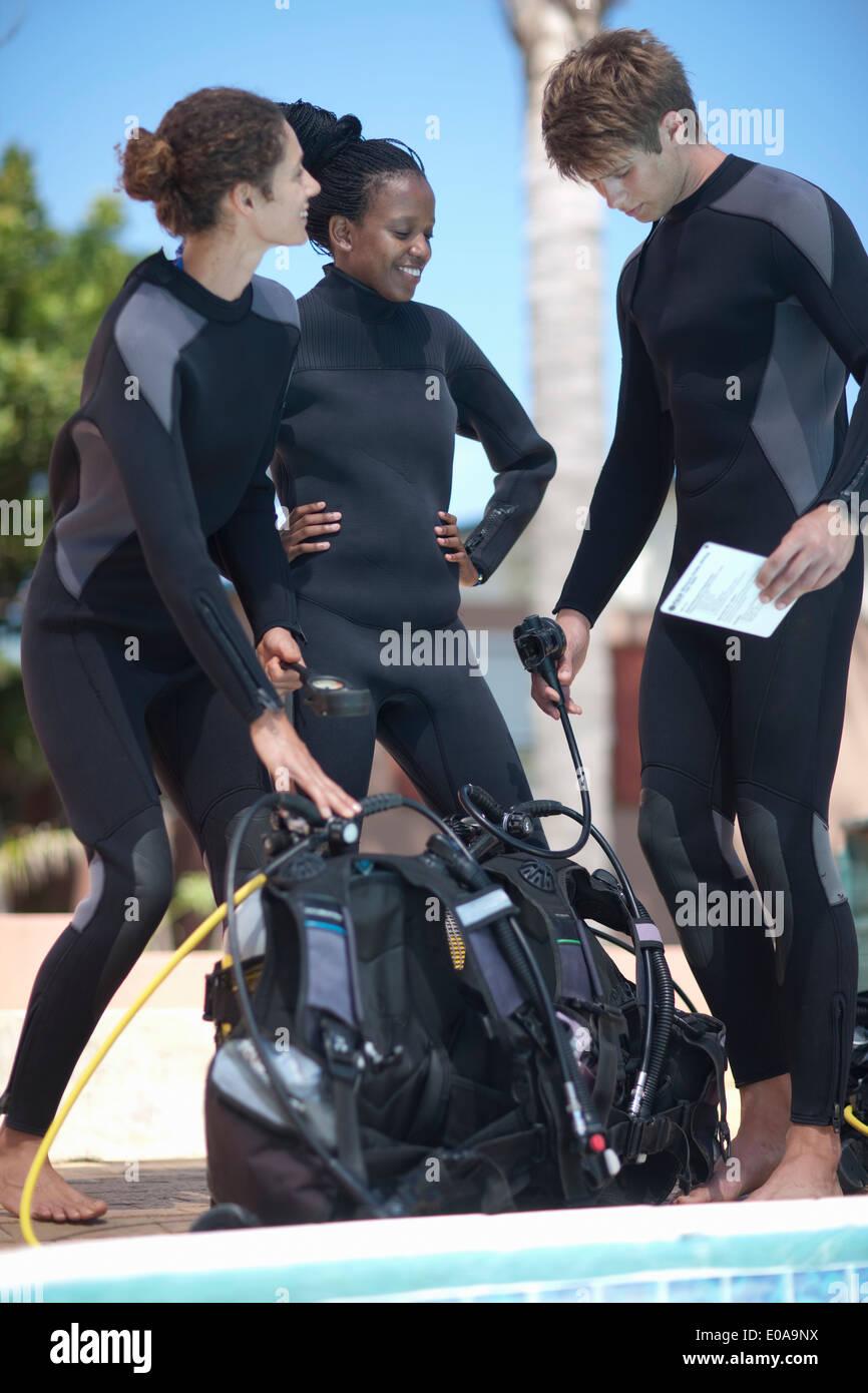 Moniteur de plongée et les élèves avec des réservoirs de plongée sous-marine Photo Stock