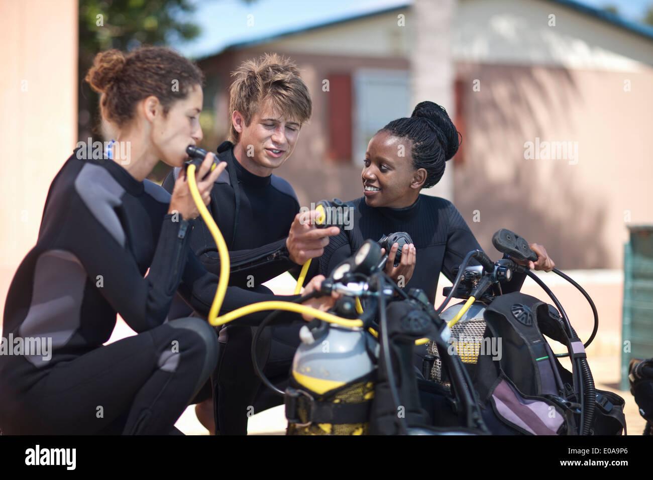 Moniteur de plongée la démonstration des masques à oxygène pour les élèves Photo Stock