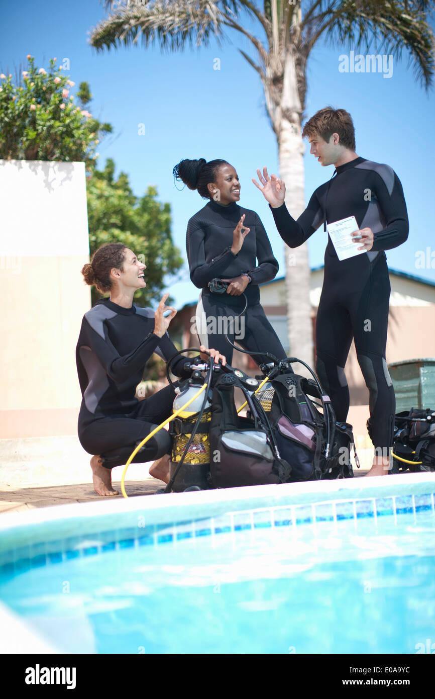 Moniteur de plongée avec scuba tanks élèves enseignement Photo Stock