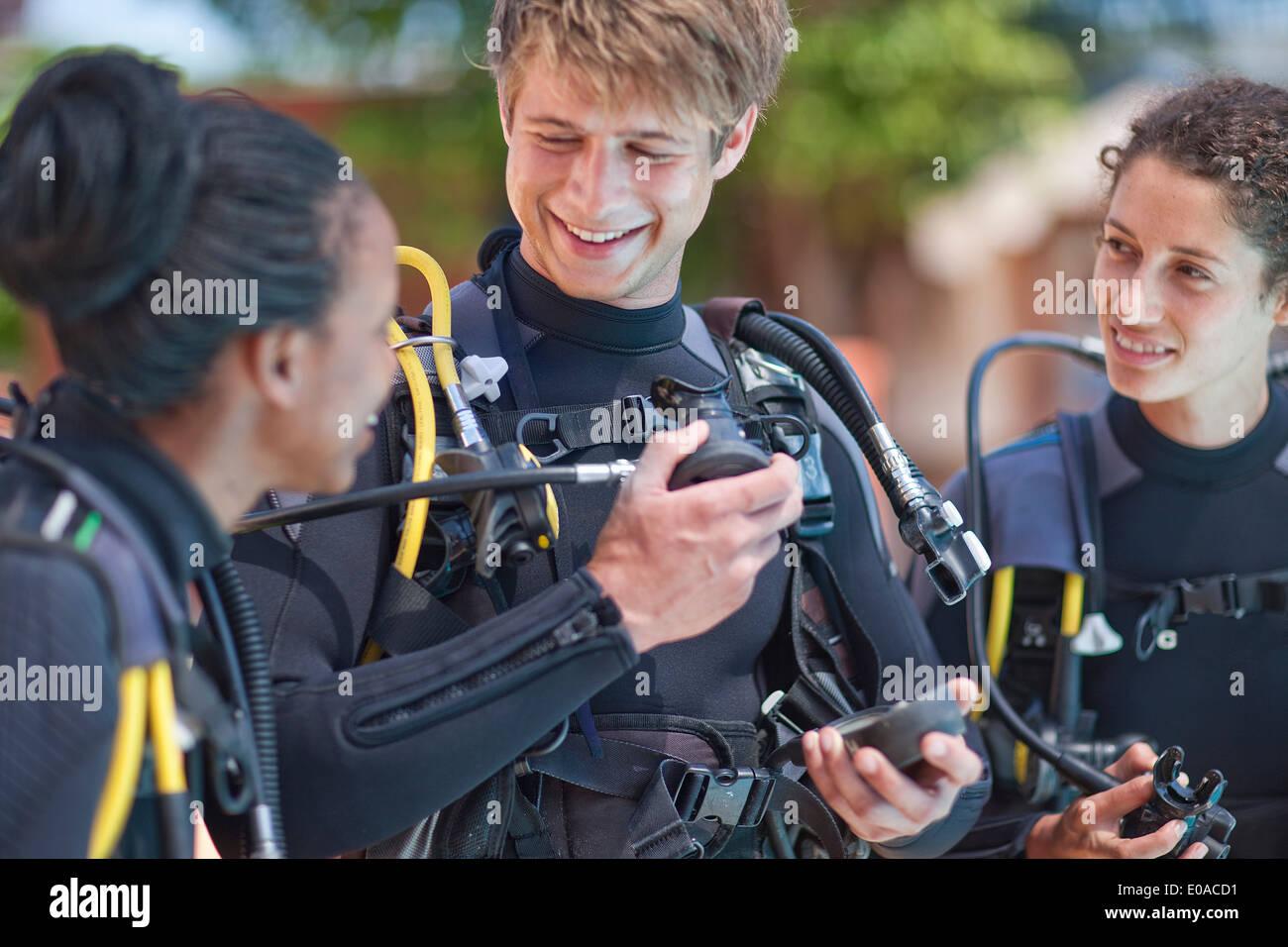 Moniteur de plongée masque à oxygène pour démontrer les filles Photo Stock