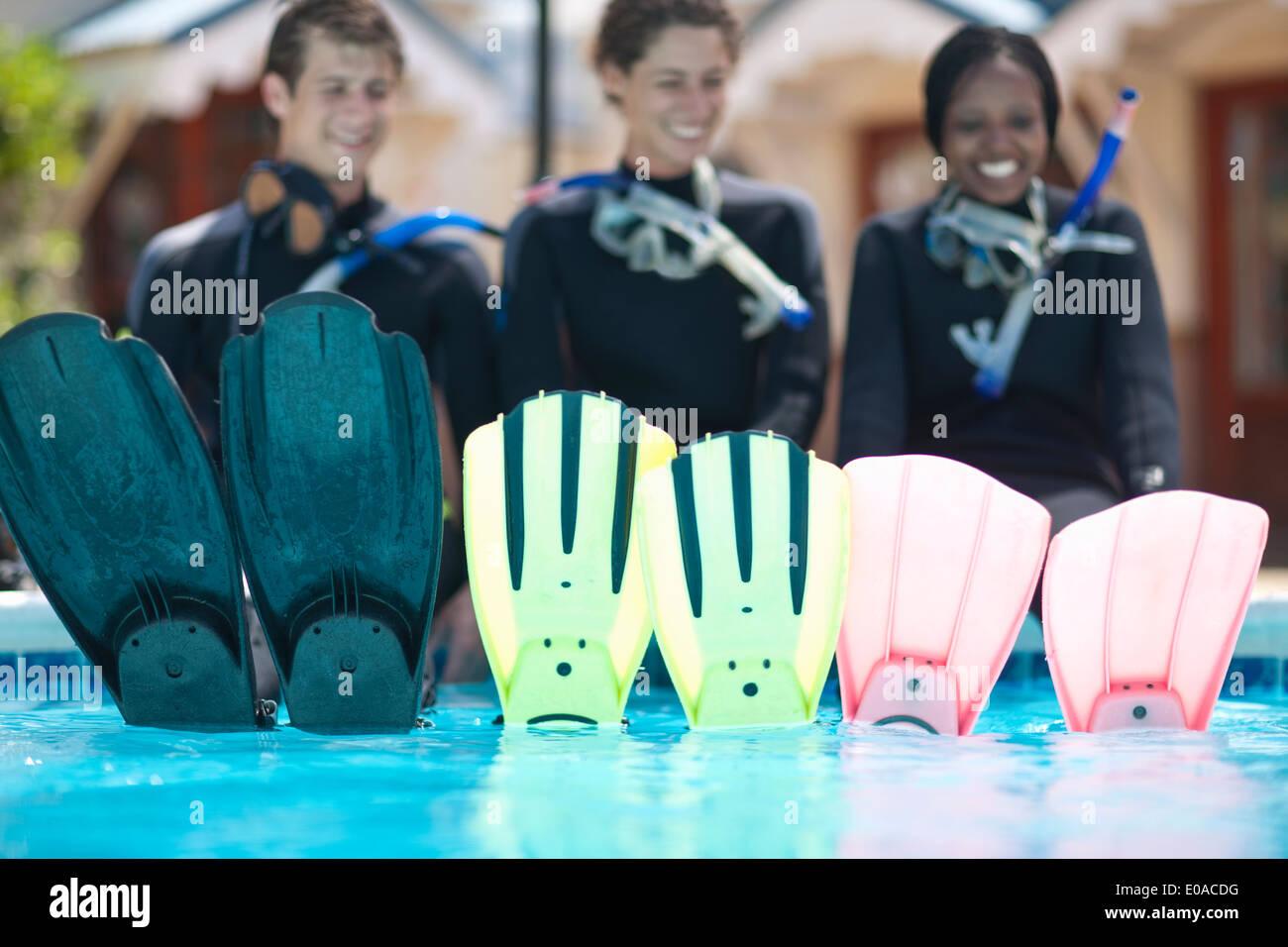 Portrait de trois jeunes plongeurs adultes et ses nageoires Photo Stock