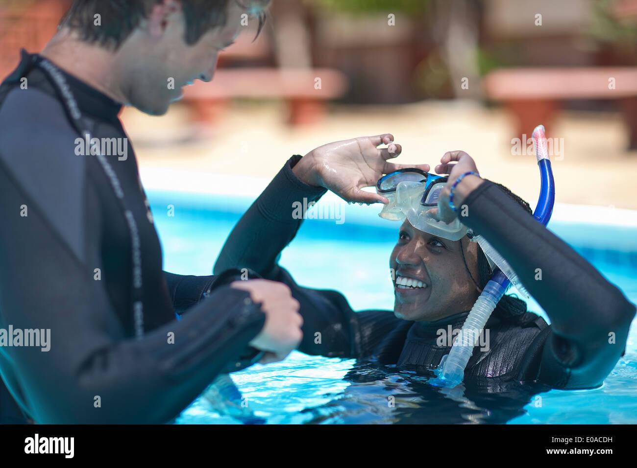 Moniteur de plongée avec des élèves en piscine Photo Stock