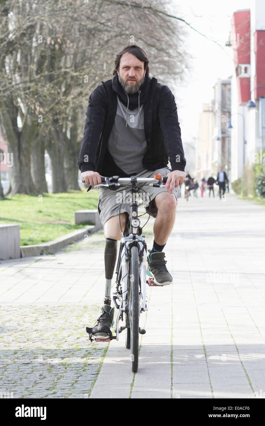 Portrait d'un homme avec une prothèse de jambe à vélo Photo Stock