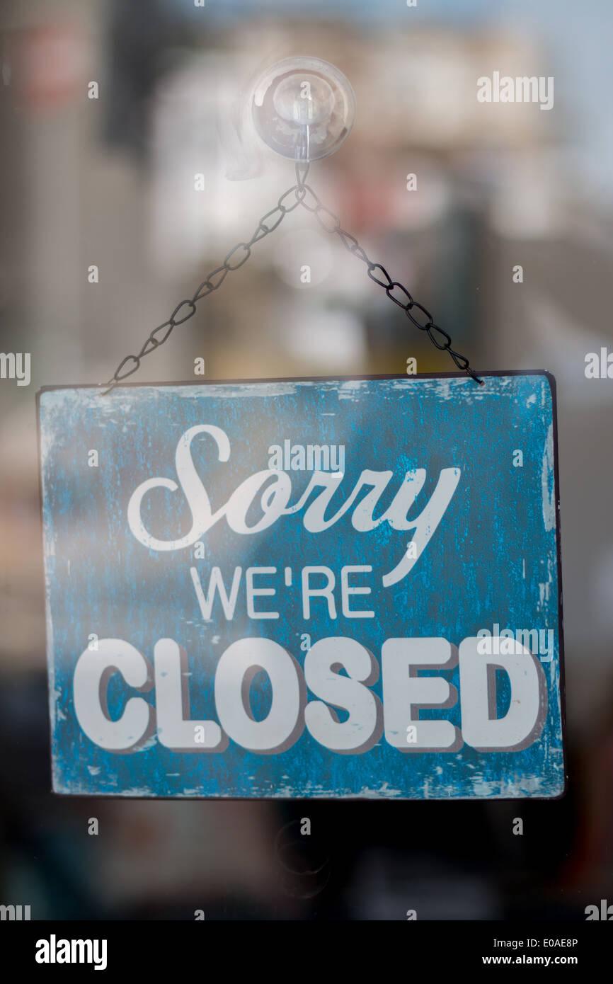 Désolés nous sommes fermé la boutique sign hanging sur la porte Photo Stock