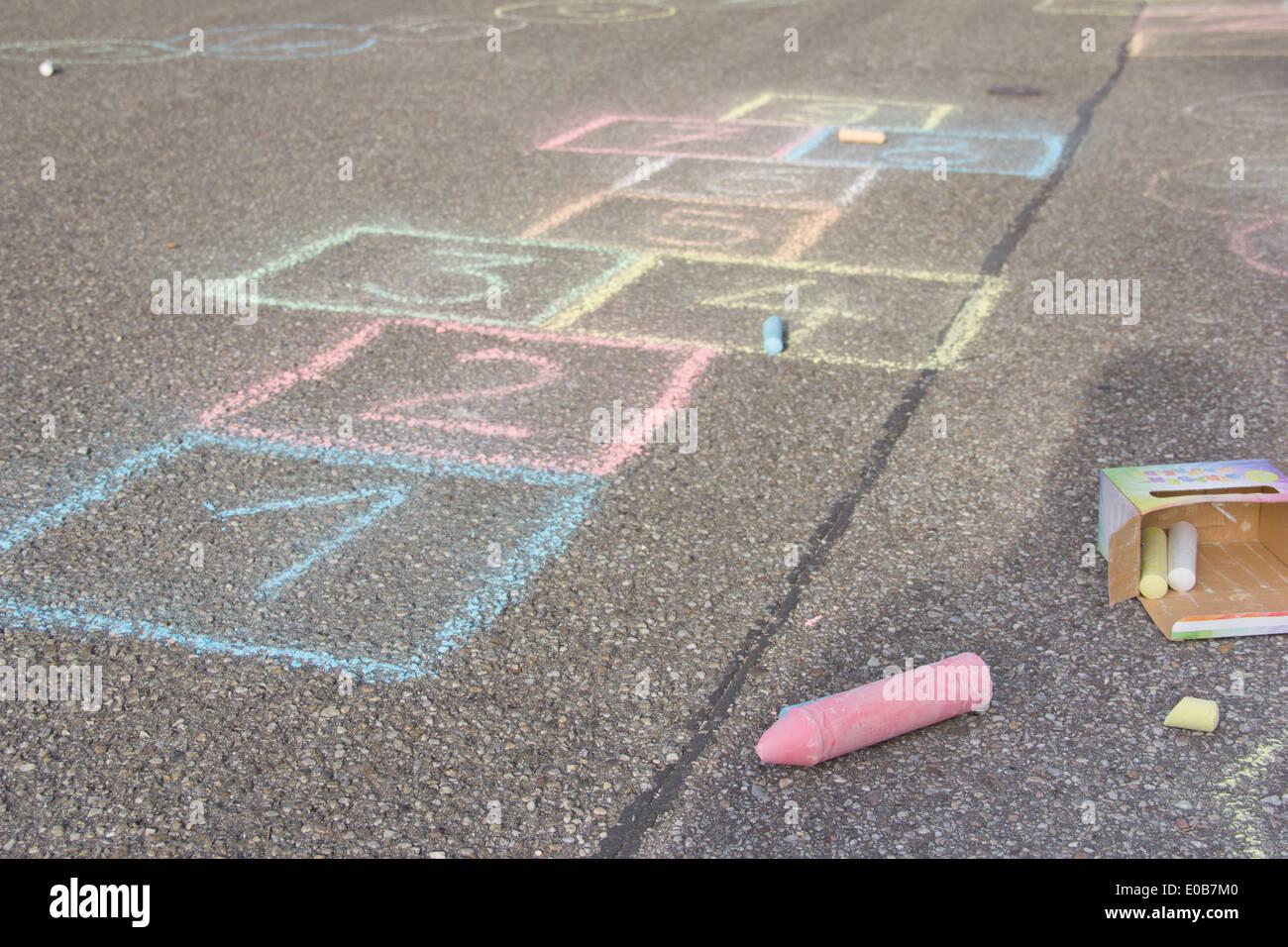 époustouflant La marelle dessin avec crayon de couleur sur l'asphalte Banque D #CN_92