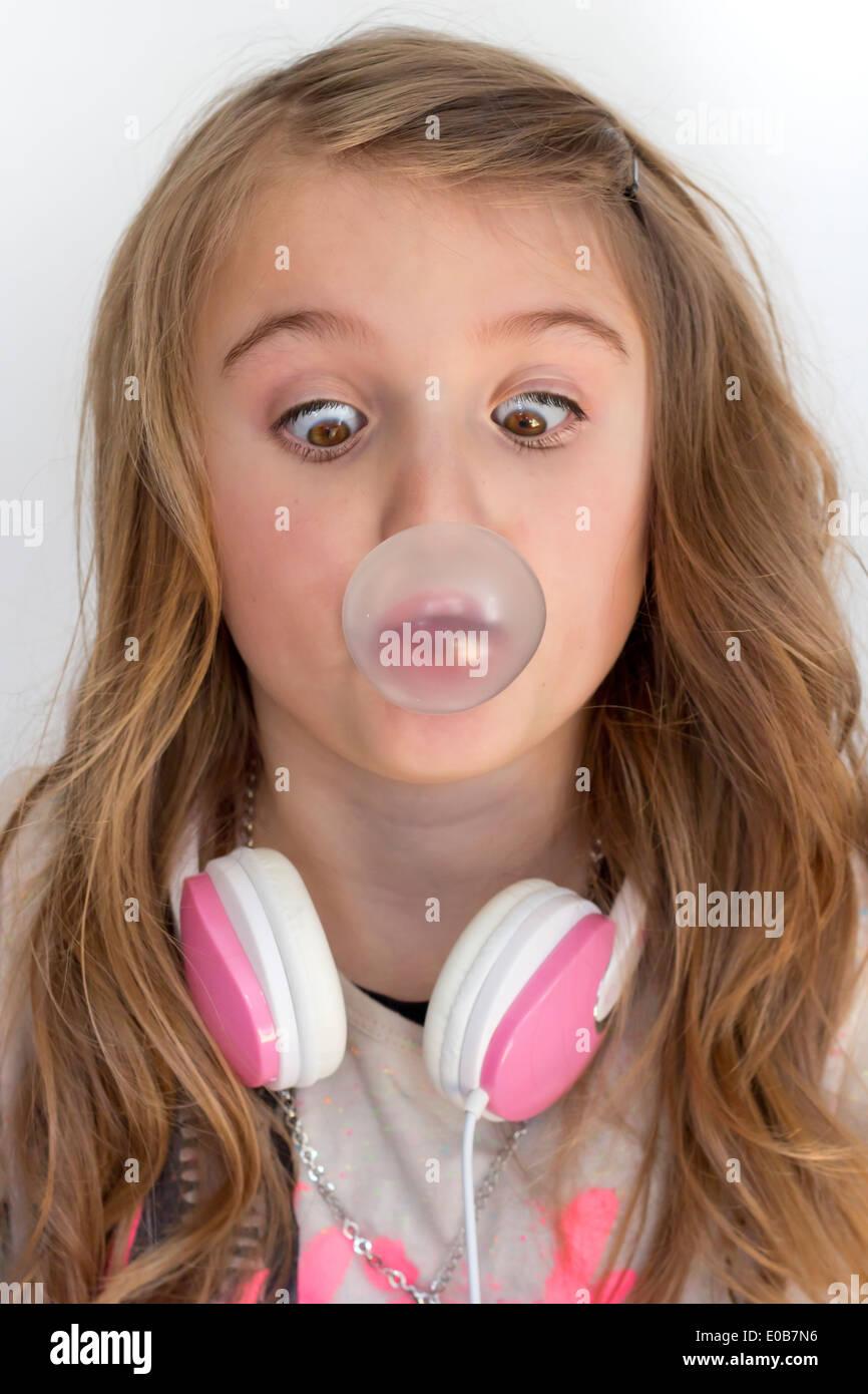 Fille avec un casque sur le site de bulle de chewing-gum Banque D'Images