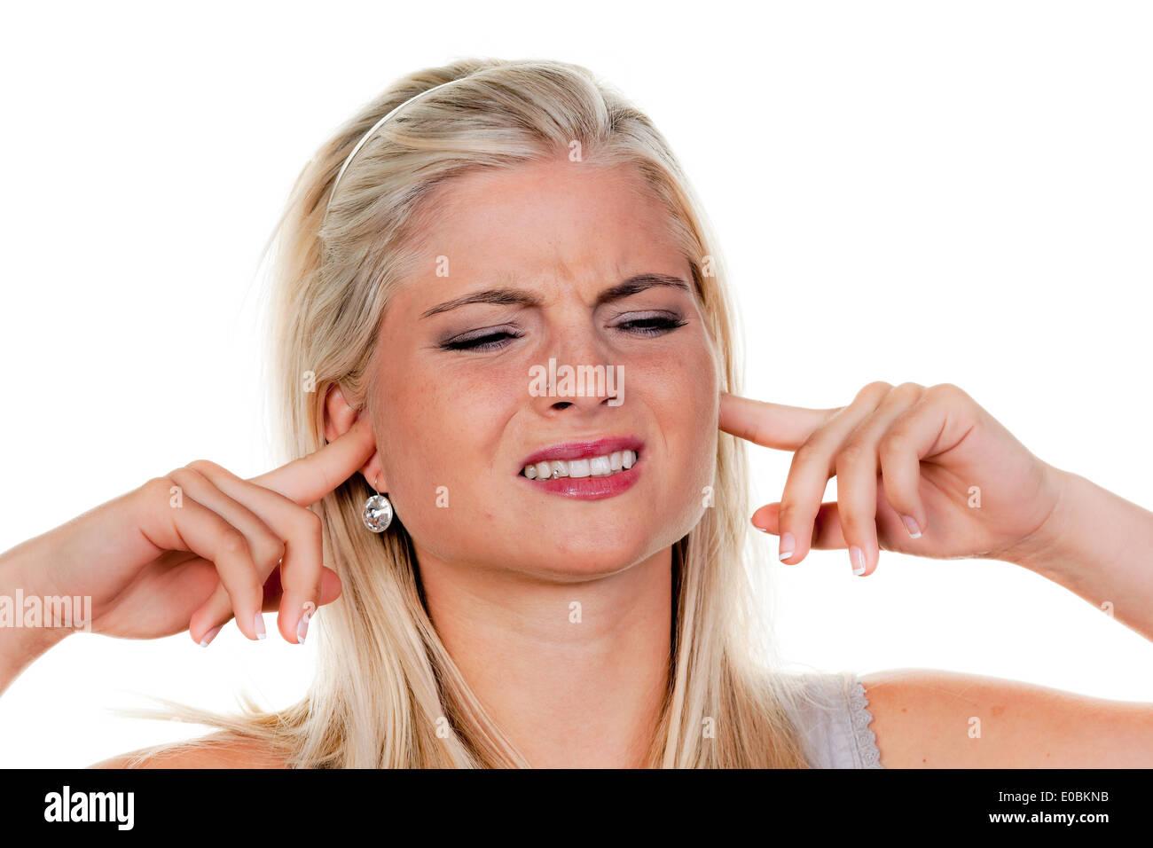 Femme souffre de la pollution sonore, reste fermée à elle-même les oreilles Photo Stock