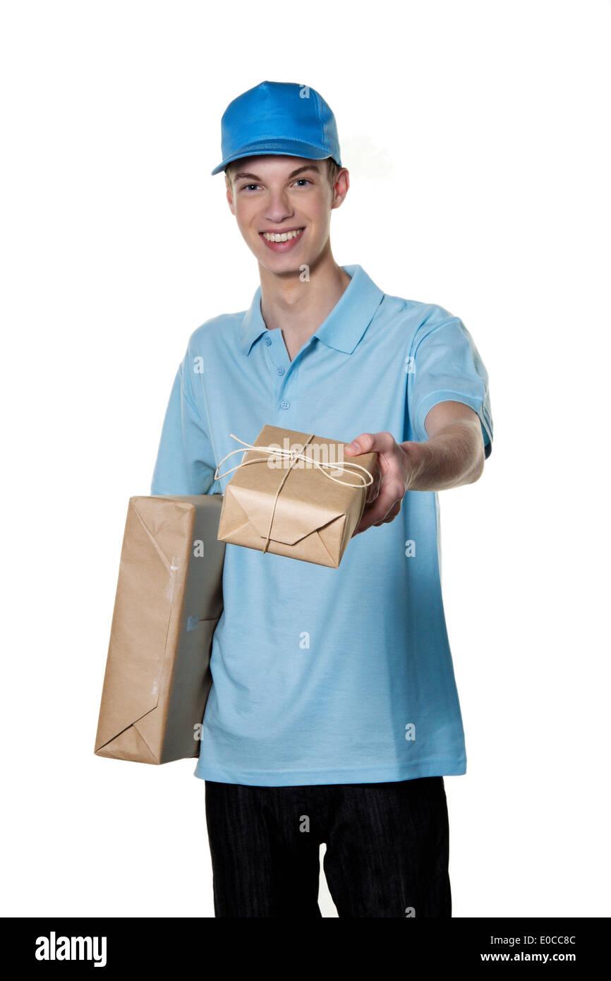 Un jeune homme de Messenger service apporte un paquet, Ein junger Mann von Botendienst bringt ein Paket Banque D'Images