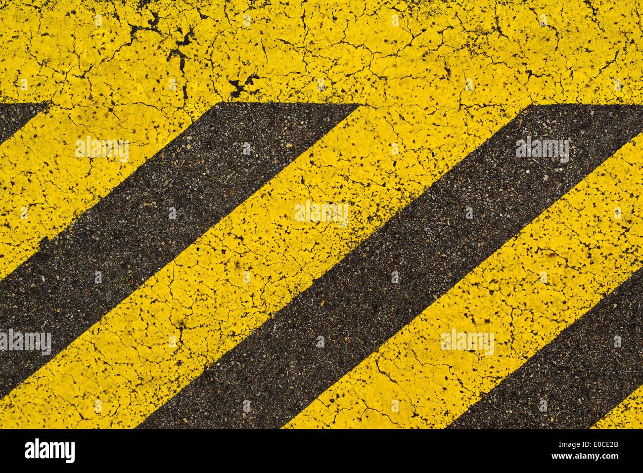 Rayé jaune marquage routier sur la route d'asphalte noir. Il est interdit de stationner sur l'espace couvert de cette stripes. Photo Stock