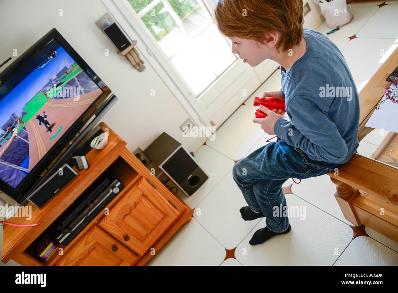 Enfant jouant avec jeu vidéo Photo Stock