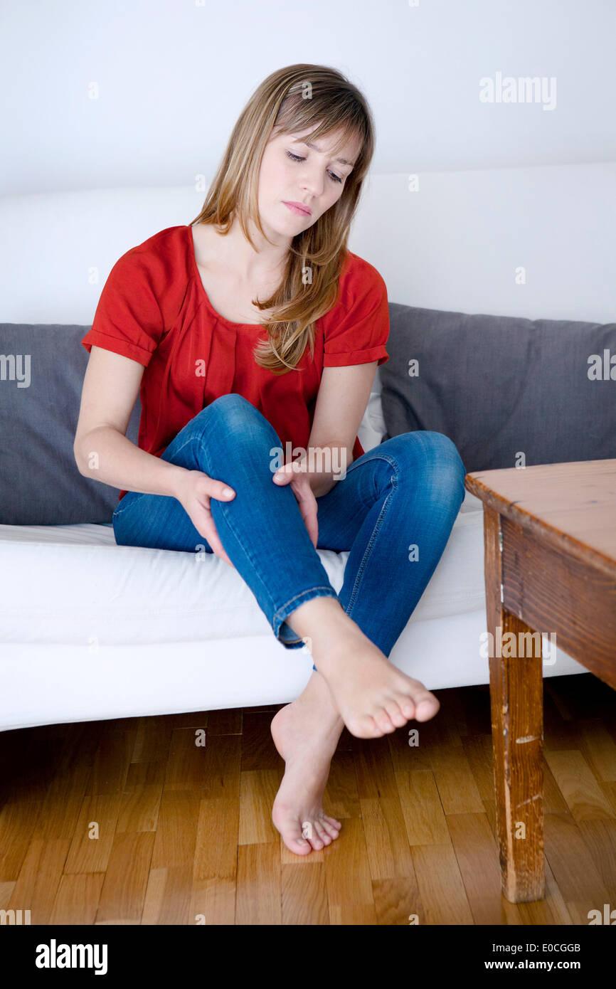 La douleur aux jambes chez une femme Photo Stock
