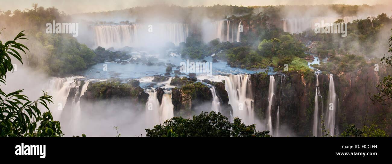Tôt le matin à Iguasu Falls, vu d'un côté brésilien, l'État de Parana, Brésil Photo Stock