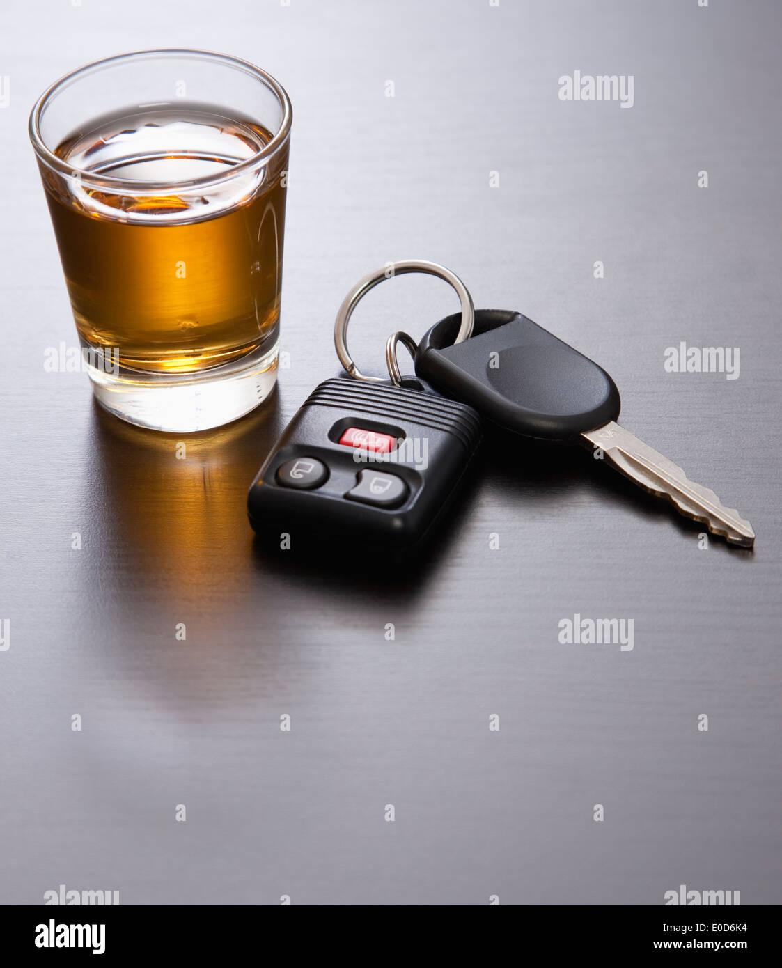 Whiskey et clés de voiture Banque D'Images