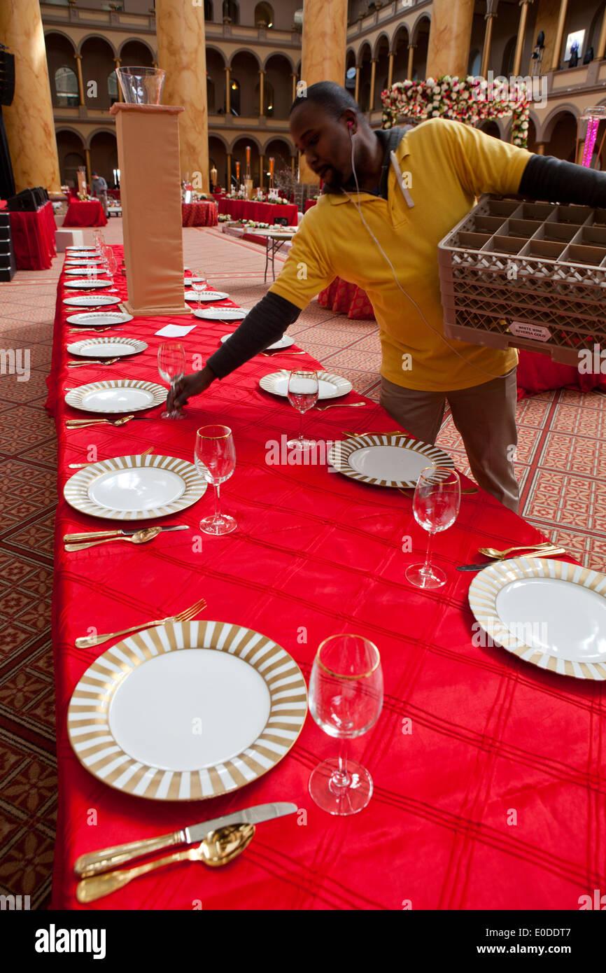 Server la préparation d'une table à manger pour les grands événement dîner Photo Stock