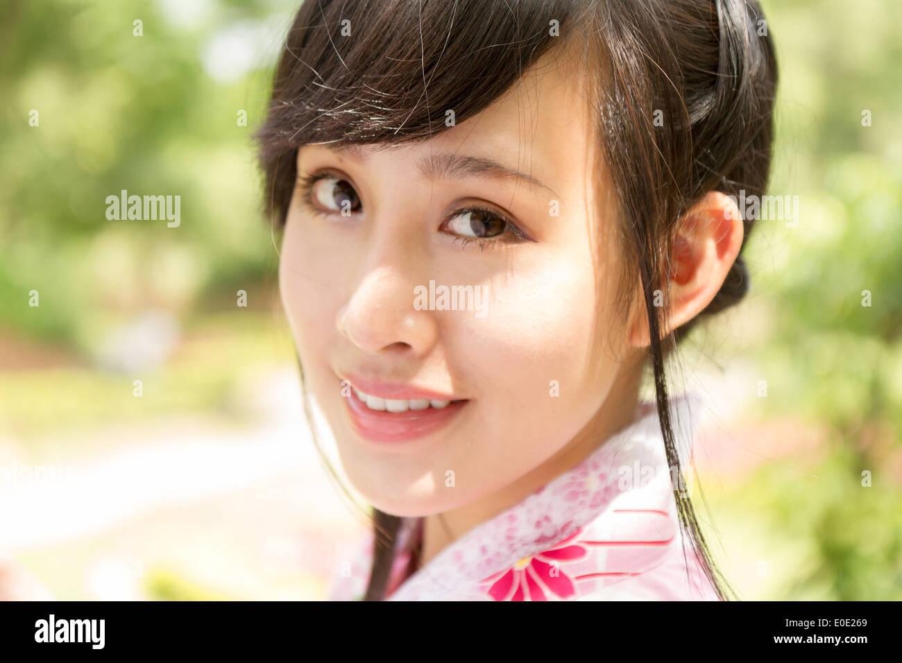 Femme chinoise portant des kimono de style traditionnel japonais jardin Photo Stock