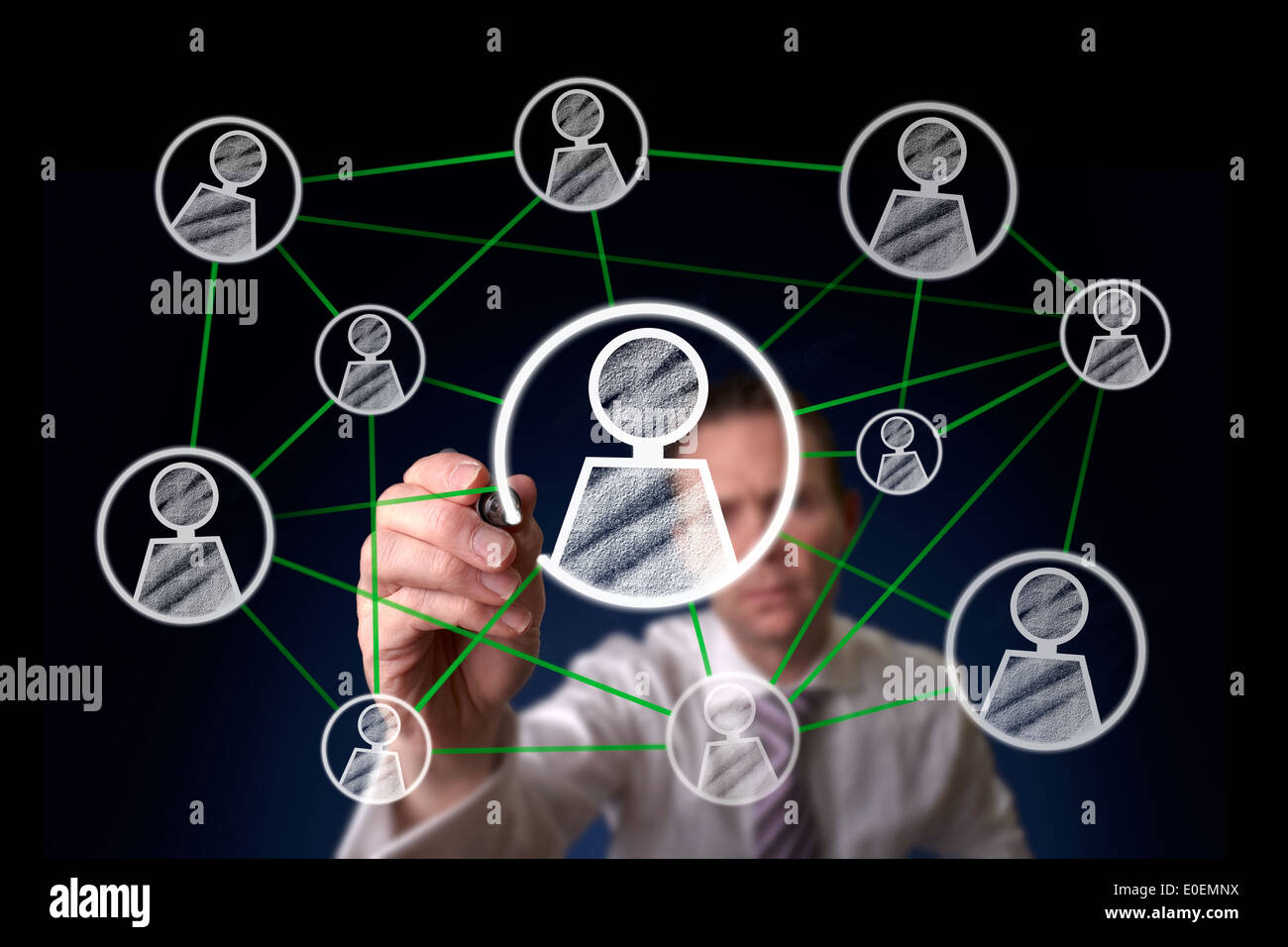 Un homme dessinant une structure du réseau social sur un écran. Photo Stock