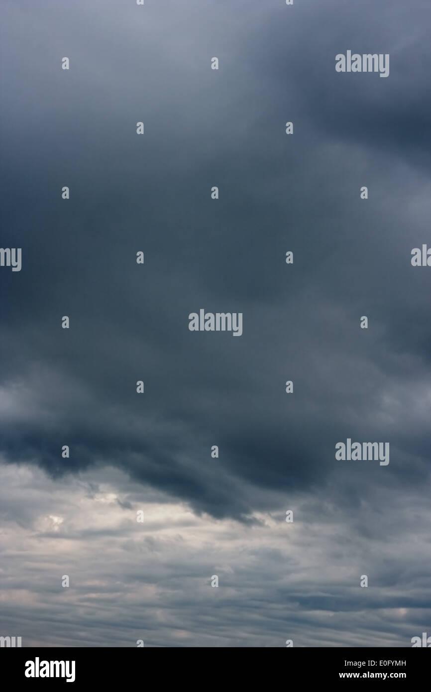 Les nuages orageux. Les nuages orageux sur l'horizon. Photo Stock