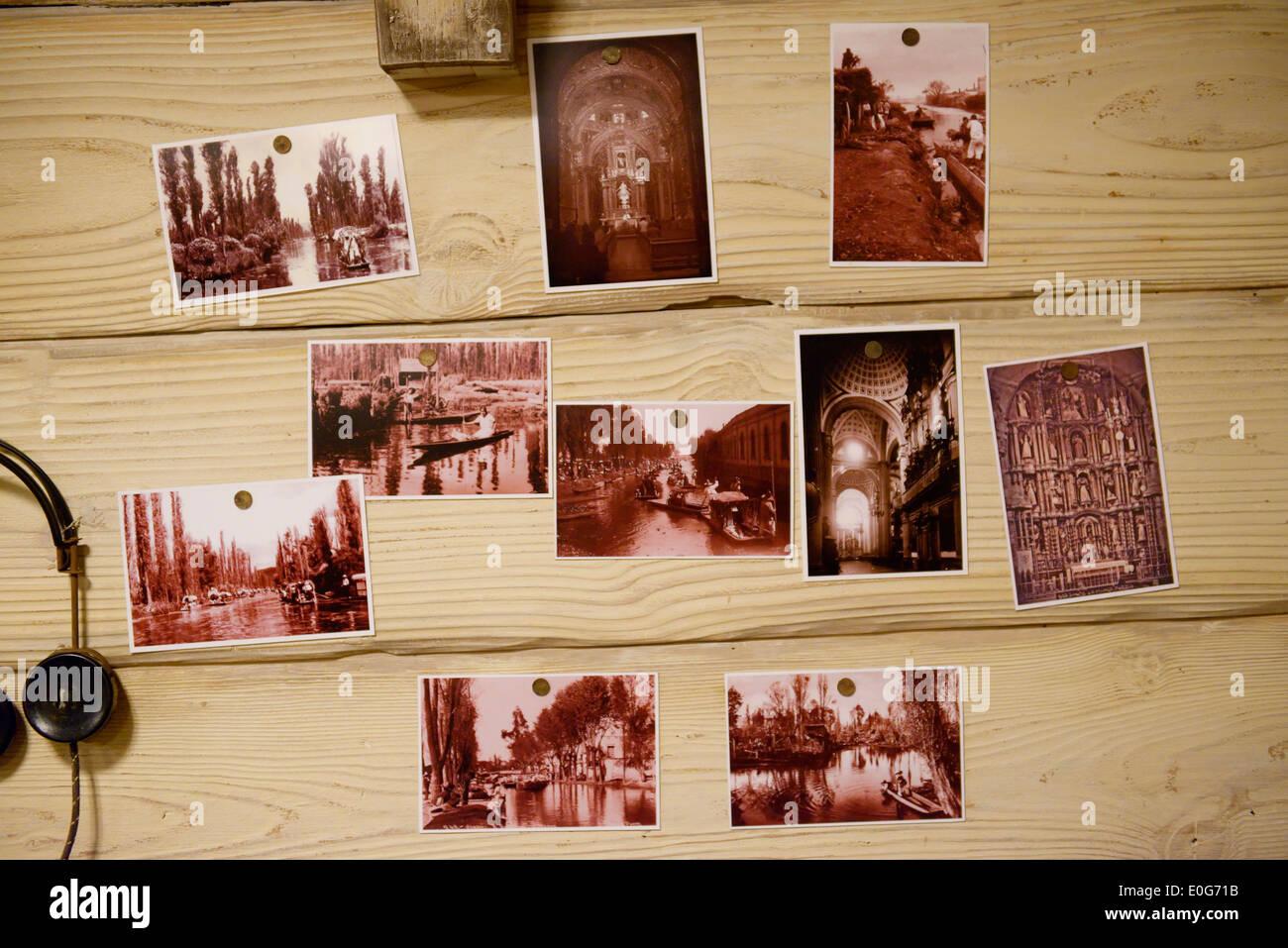 Des photographies anciennes épinglé à un mur en bois Photo Stock