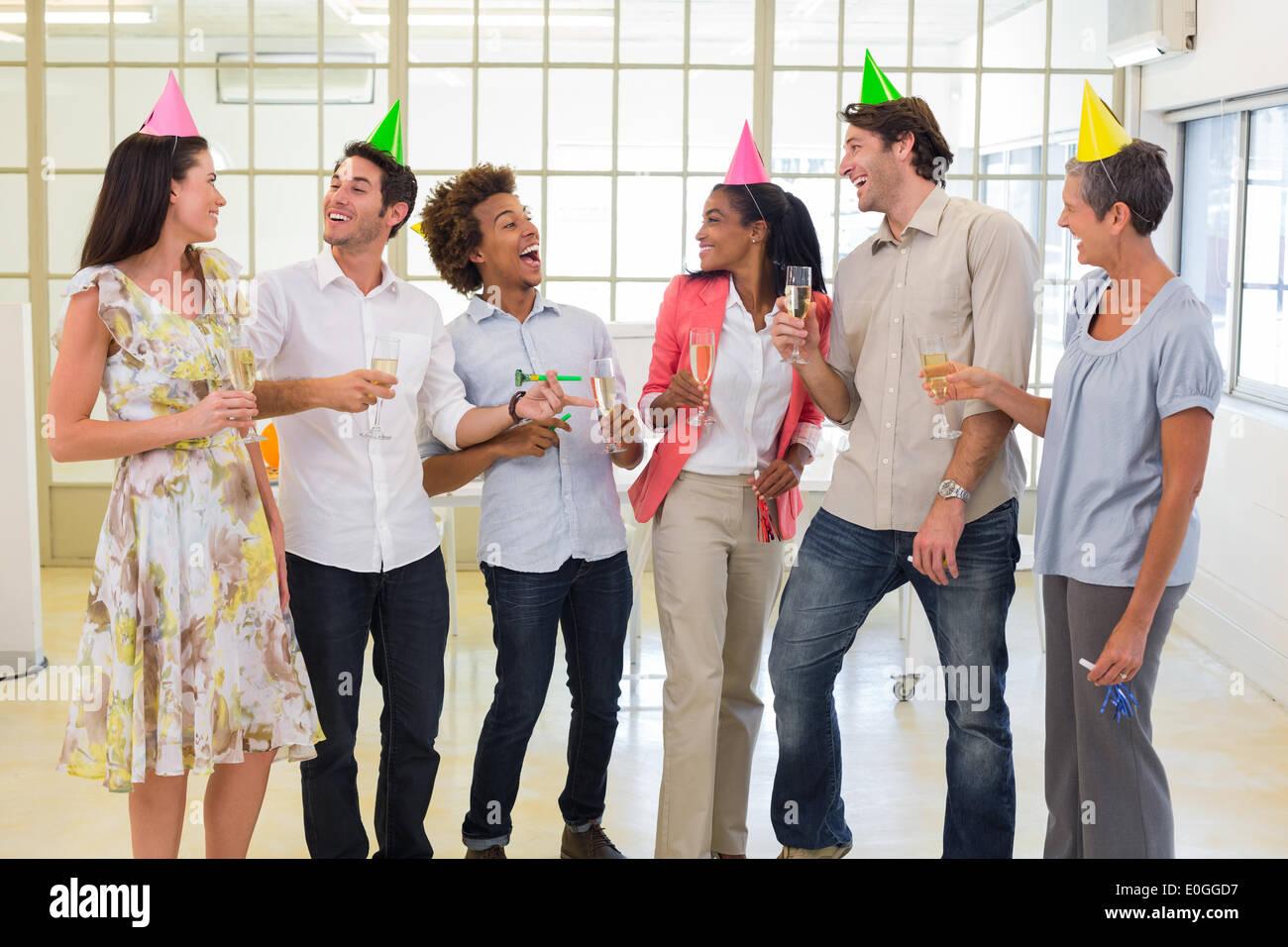 Des collègues de rire et célébrer la réussite et profiter de partie Photo Stock