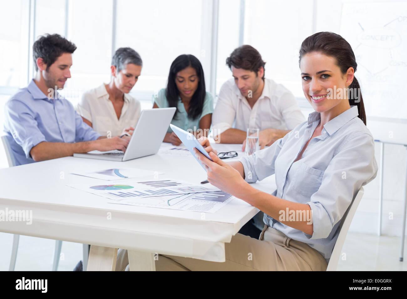 Joli portrait à l'aide d'appareil tablette dans réunion d'affaires Photo Stock
