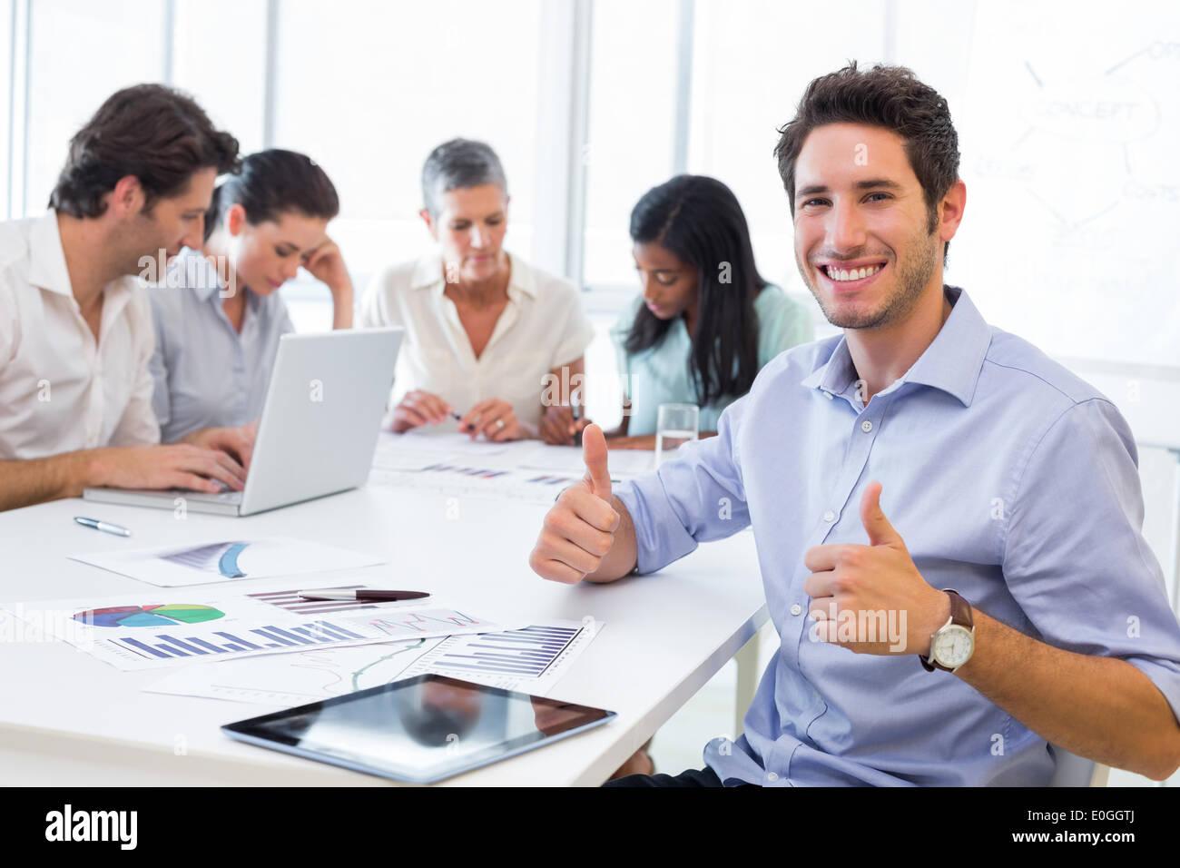 Attractive businessman smiling en milieu de travail Banque D'Images