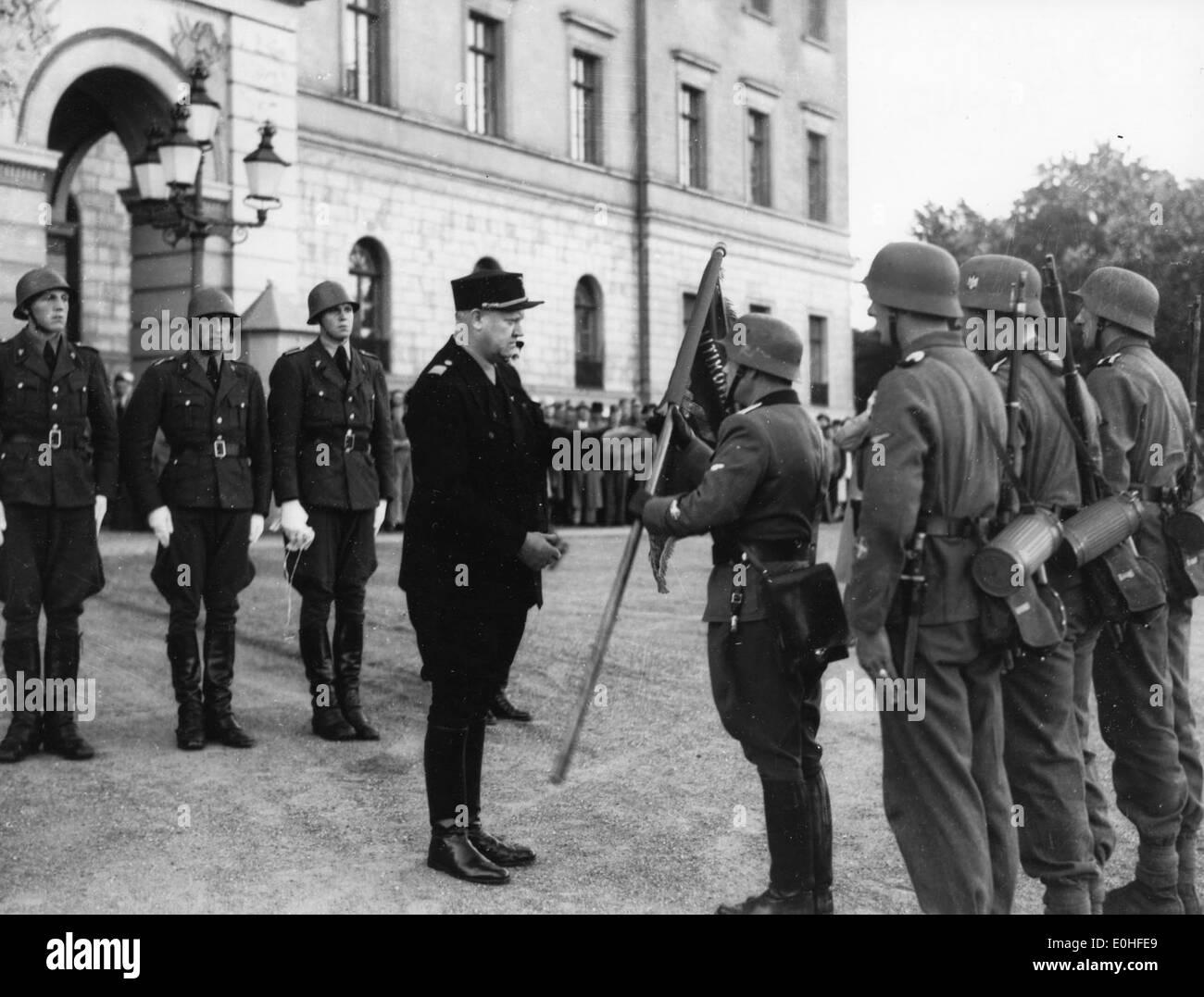 Den Norske Legion. En Politikompaniet overrekker Vidkun Quisling fane som mottas Jonas av mensonge. Banque D'Images