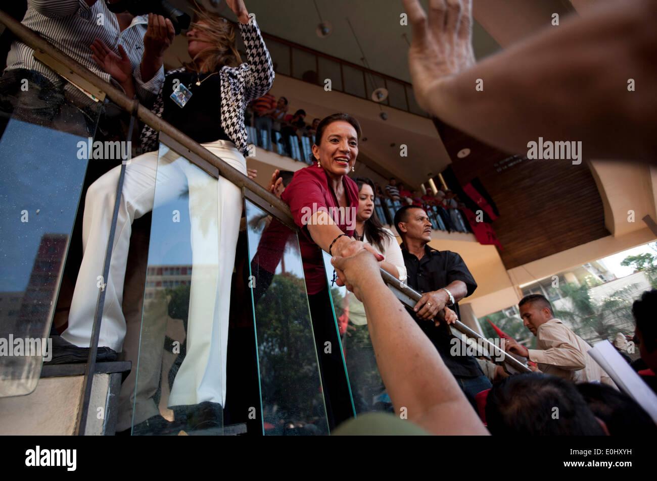 Tegucigalpa, Honduras. 13 mai, 2014. L'ancien candidat à la présidence de la liberté et, de la Refondation (Libre, pour son sigle en espagnol), Xiomara Castro (C), salue des disciples devant le Congrès national à Tegucigalpa, Honduras, le 13 mai 2014. Partisans et des députés du Libre, la deuxième force politique au Honduras, a éclaté dans le Congrès national le mardi, après des affrontements avec des éléments de la police qui gardait le Palais législatif. Credit: Rafael Ochoa/Xinhua/Alamy Live News Banque D'Images
