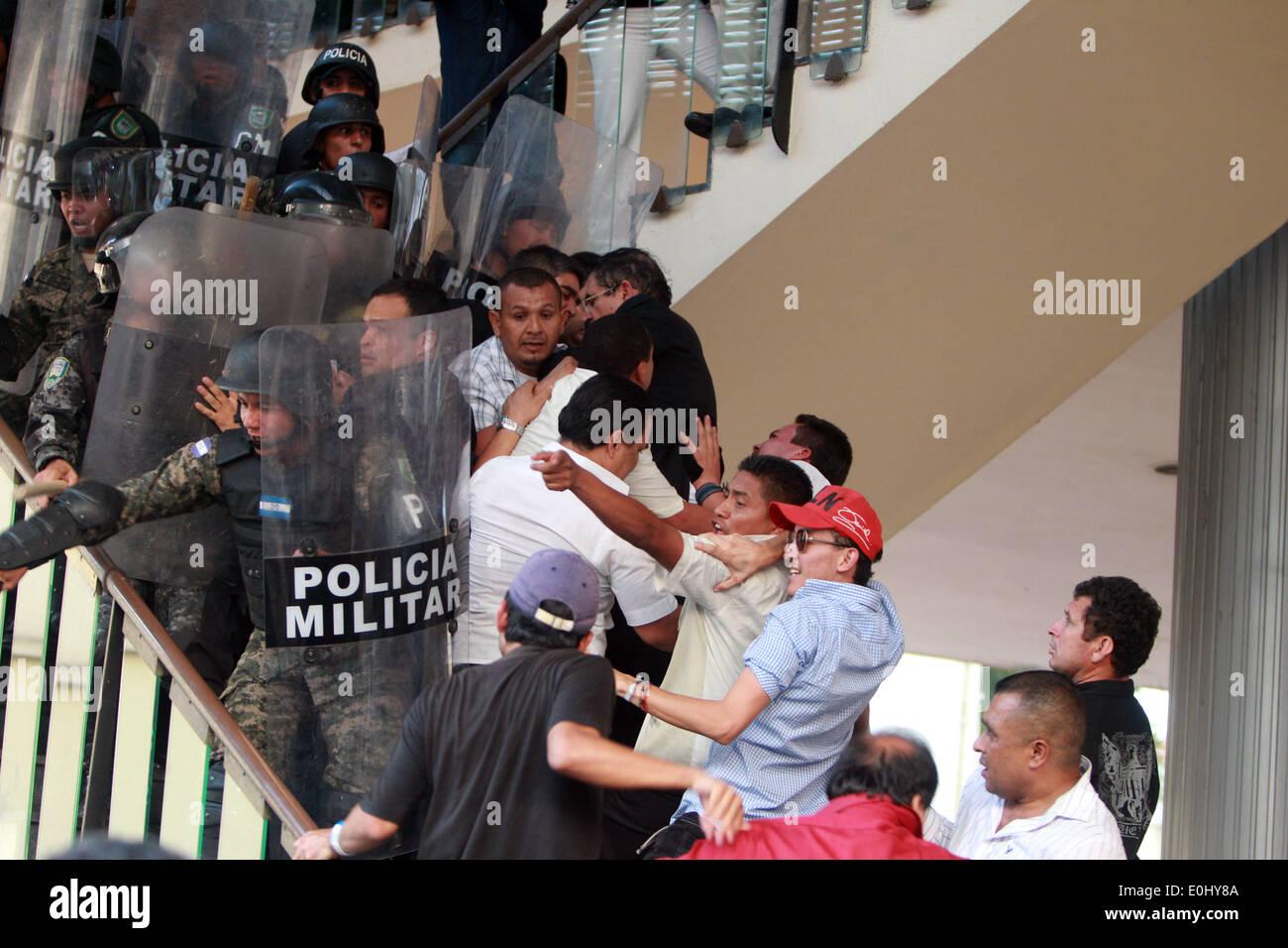 Tegucigalpa, Honduras. 13 mai, 2014. Des éléments de la police et des partisans de l'ancien président du Honduras Manuel Zelaya choc devant le Congrès national à Tegucigalpa, Honduras, le 13 mai 2014. Partisans et des députés du Parti de la refondation et de la Liberté (Libre, pour son sigle en espagnol), la seconde force politique au Honduras, a éclaté dans le Congrès national le mardi, après des affrontements avec des éléments de la police qui gardait le Palais législatif. Credit: Rafael Ochoa/Xinhua/Alamy Live News Banque D'Images