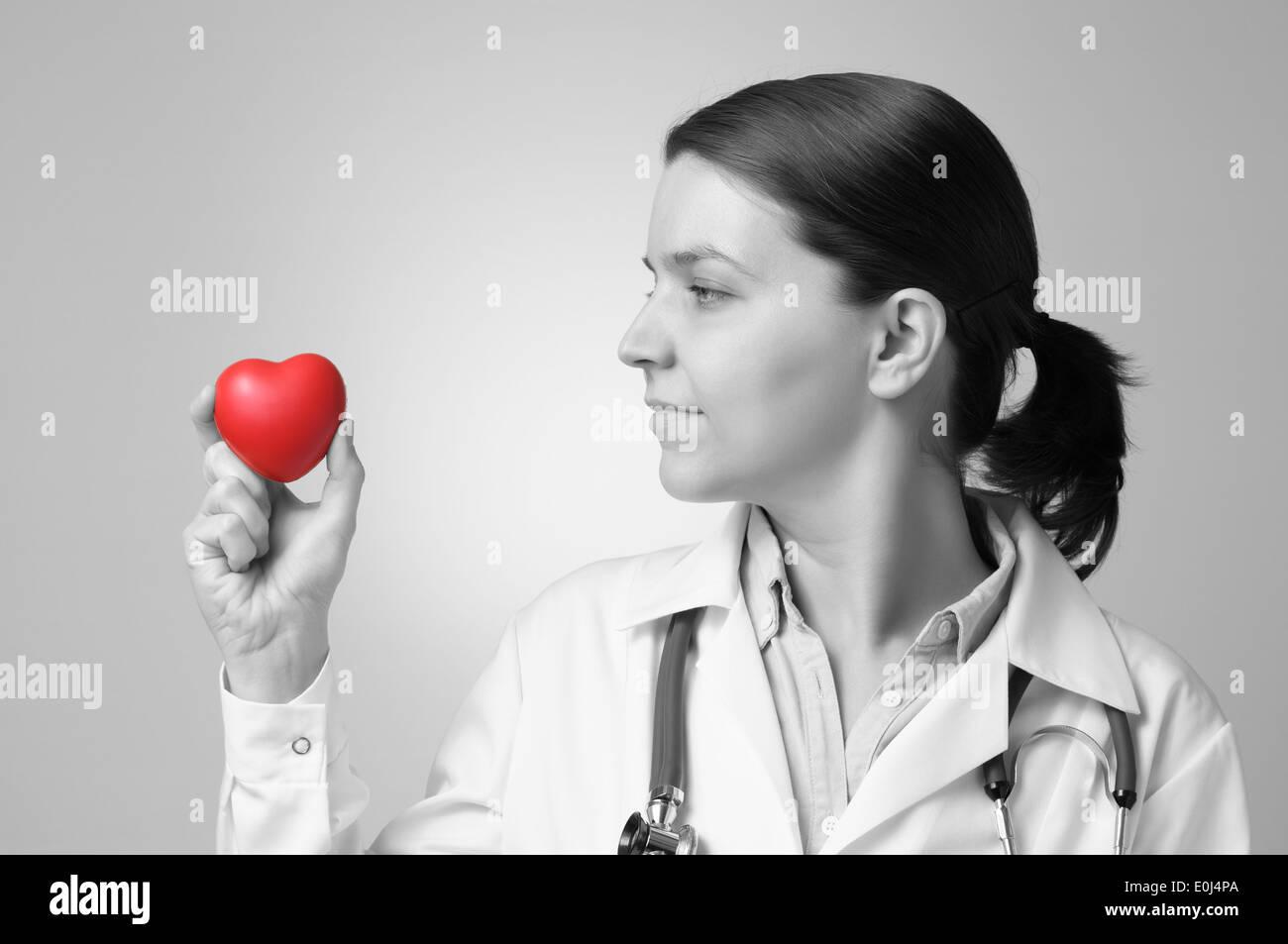 Forme de coeur rouge dans la main d'un médecin Photo Stock