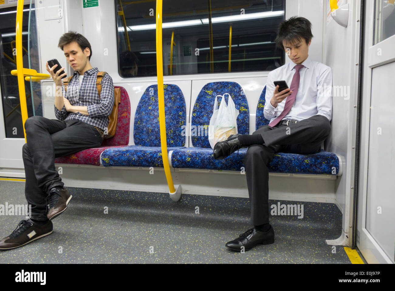 Sydney NSW Australie Nouvelle Galles du sud de la ville en transports publics Trains cabine passagers à bord les coureurs homme asiatique à la co messages smartphone Photo Stock
