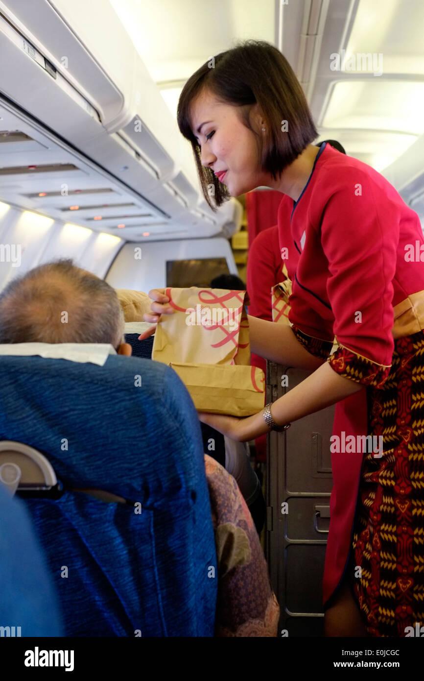 Hôtesse de l\'air, au travail à bord d\'un vol intérieur d\'air ...