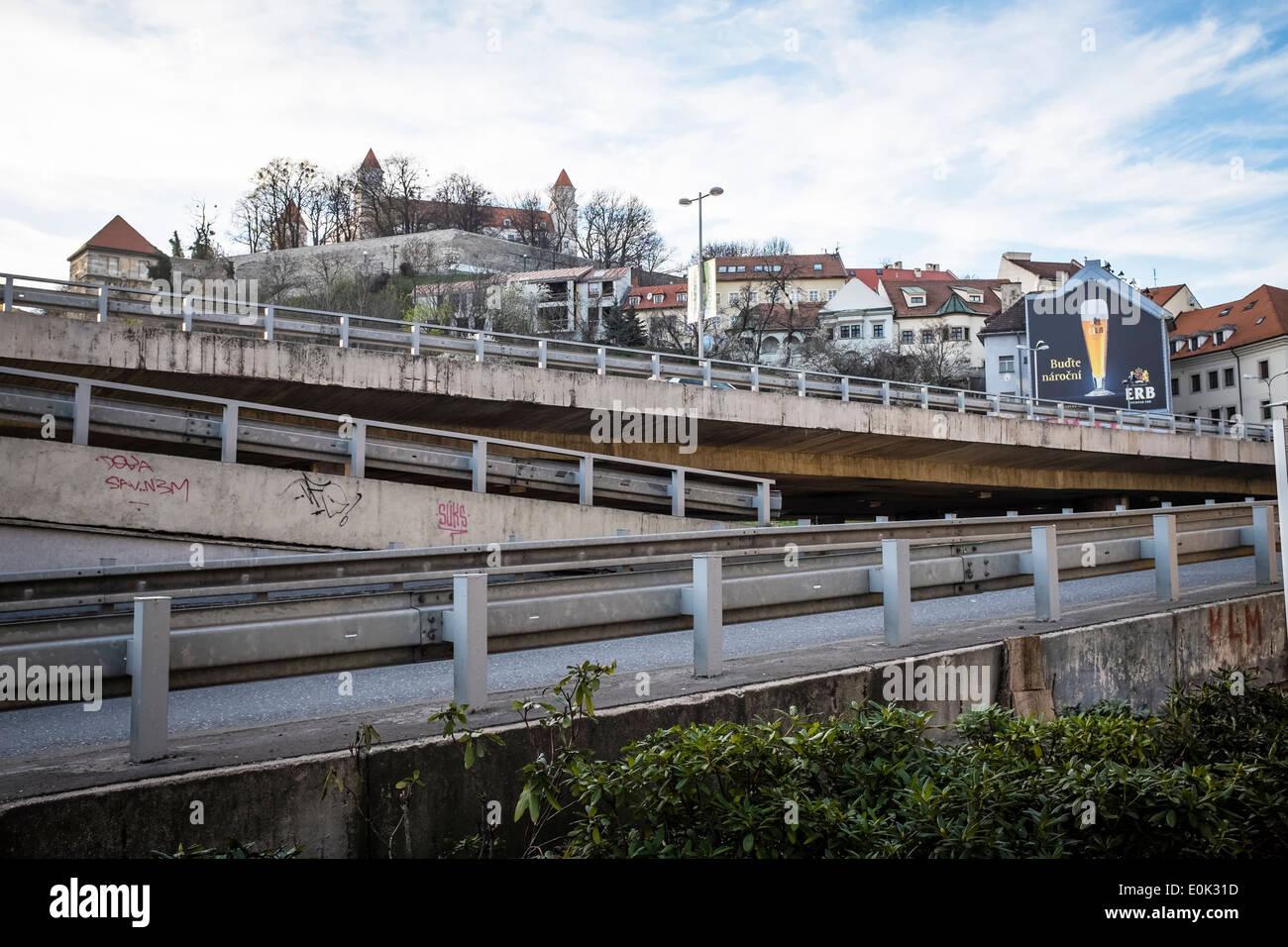 Le château de Bratislava et de routes à partir de pont SNP Banque D'Images