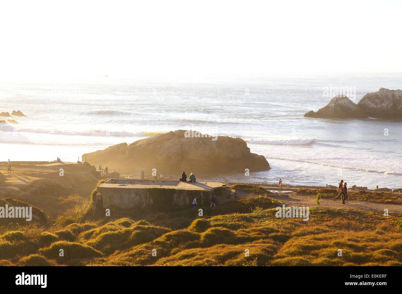 Les gens profiter du soleil et se promener au bord de l'eau à la Sutro Baths à Lands End à San Francisco, Californie. Photo Stock