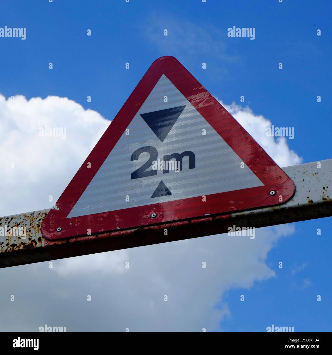Panneau d'avertissement de limitation de hauteur maximale Photo Stock