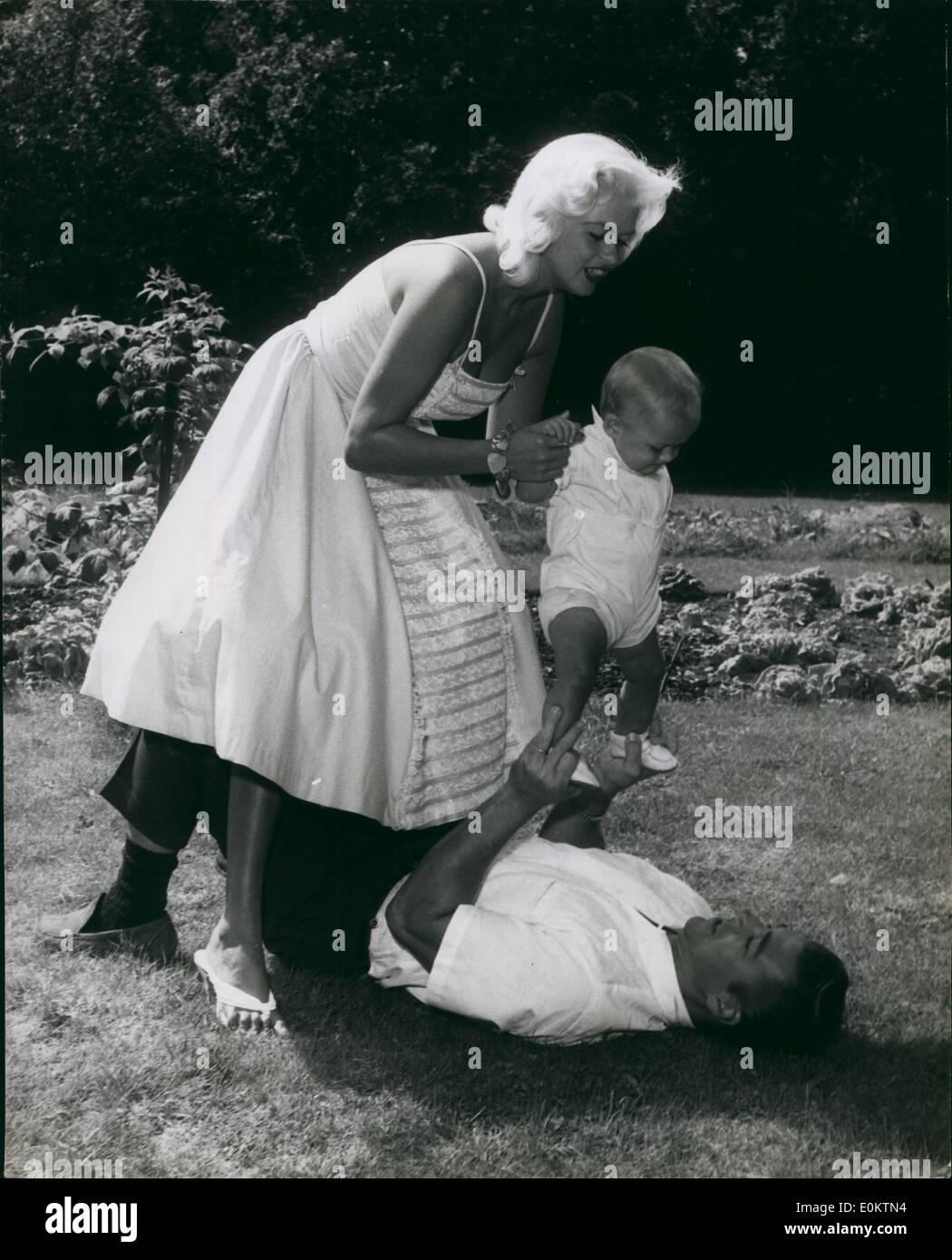 Jan 1, 1950 - mieux aller à Dada, Mama Mansfield passe son protigee au mari Mickey Hargitay, déjà d'arrache-pied sur son dos. À la maison avec les Mansfields; le 18ème siècle accueil pays de l'acteur Hubert Greeg dans la petite communauté de Gerrards Cross, Buckinghamshire, est devenu une véritable ruche d'sibnce cinemorsel - activité Jayne Mansfield, son mari musclés Mickey H~rgitay, leur fille et nouvelle arrivée, baby boy Miklos, propose à titre d'invités )''je ne laisserais pas ma maison'' dit gragg) alors que sa part dans Jayne naviguaient dans les titres de film ''TROP CHAUD trop manipuler'' réalisés ici Photo Stock