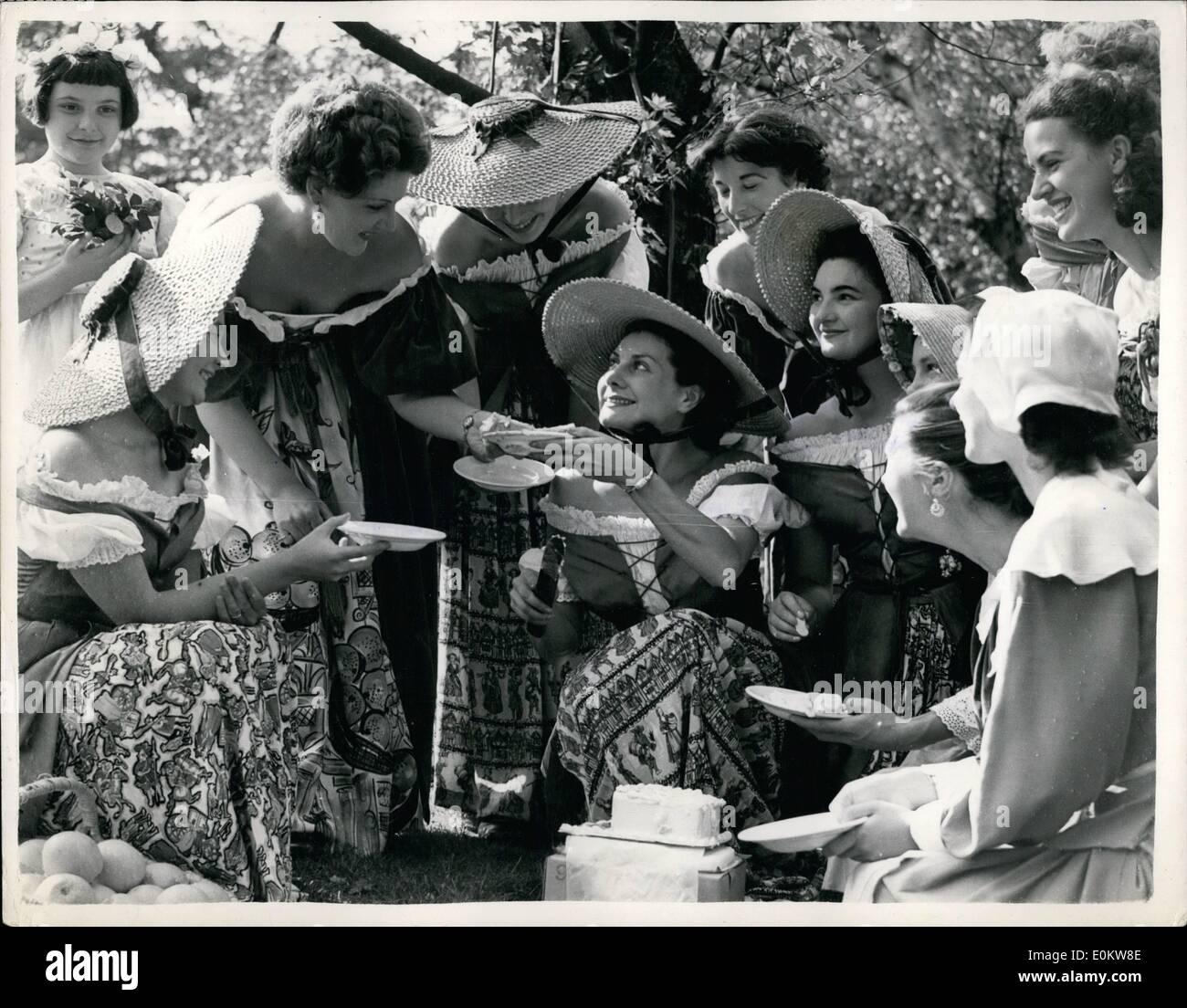 Septembre 09, 1951 - Romances au Festival Gadens Cris ''London'' fille reçoit un engagement spécial gâteau.: Genevieve (''joe'') Rowney un des nombreux Cris ''London'' les filles au Festival des jardins, Bettersea ws, présenté avec un gâteau spécial au Grand Vista Kiosk cet après-midi, après l'annonce de son engagement à Norman le saumon. La présentation a été suivie par une jolie assisté par le ''pleure'' les filles. Photo montre Geneviève et son ''London'' Ordess collègue ont un ''Poule'' party dans les jardins de cet après-midi - après la présentation. Photo Stock