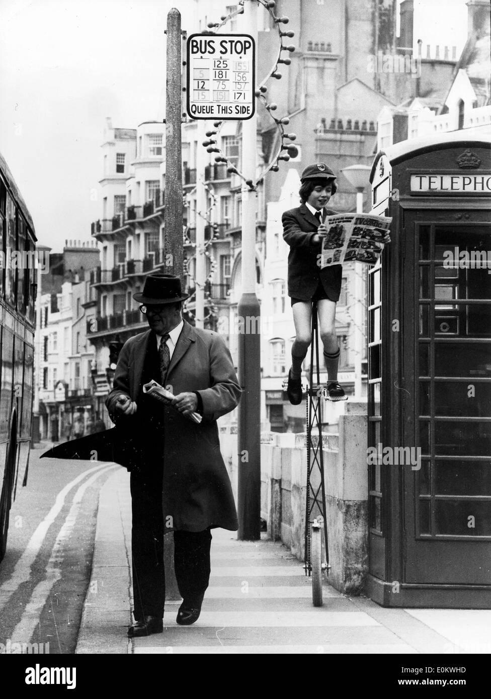 Berry Lapworth lit sa bd haute sur son monocycle Photo Stock