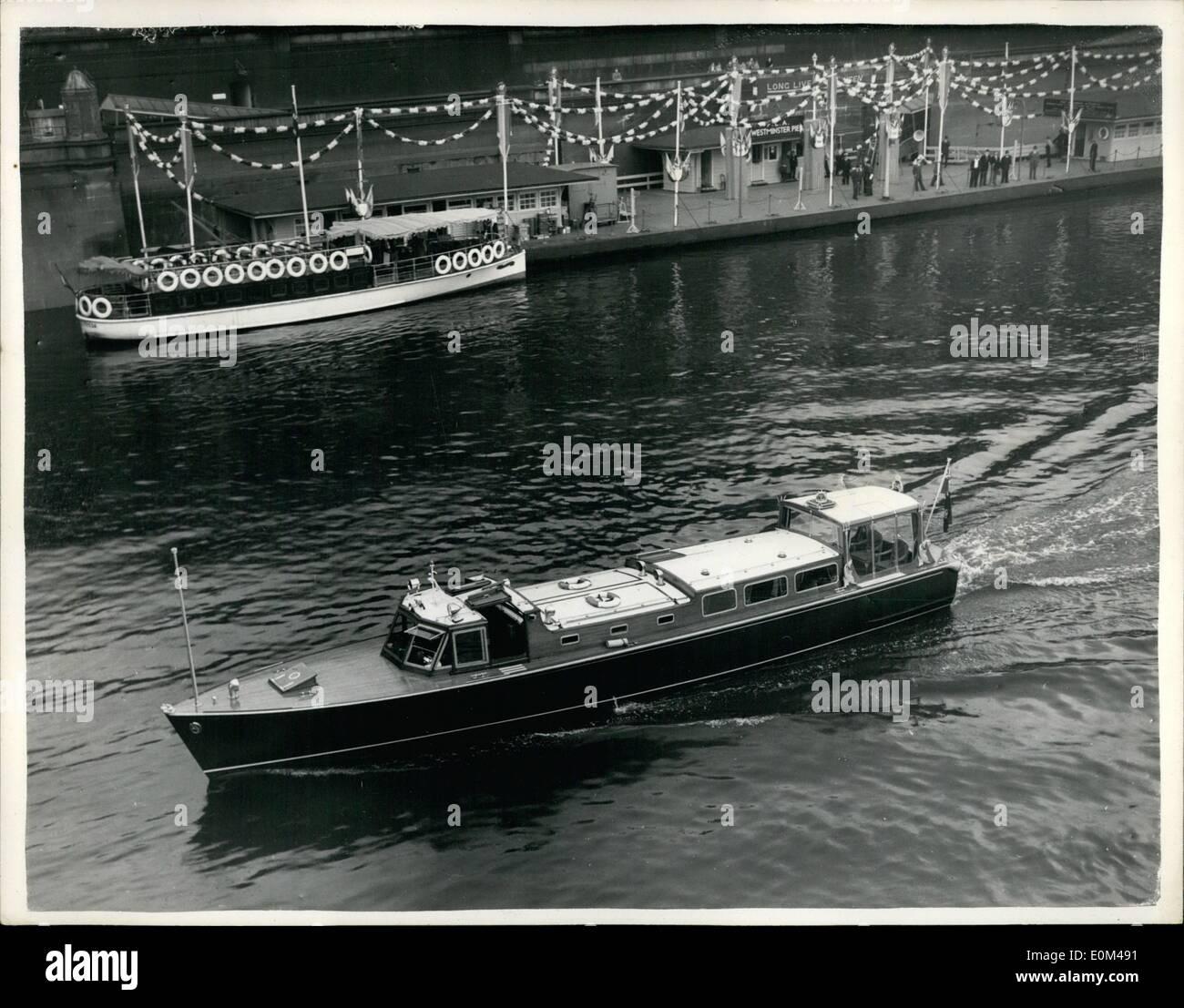 Mai 05, 1953 - P.L.A. Lancer équipée de Royal Barge. Le Port de Londres l'autorité de lancement du moteur ''plus'', a été équipé comme un Barge royale pour l'utilisation de Sa Majesté la Reine pour le transport sur le fleuve. Le lancement, montrant l'adaptation, a tenu à Westminster Pier. La première fois que le lancement sera utilisée par Sa Majesté est le 12e. Juin sur le retour de Tower Pier jusqu'à Westminster Pier après sa visite dans la ville. Photo: Keystone montre- Vue de la ''Nore'' à Westminster Pier. Le nouveau verre entouré de montagne a une couronne sur le dessus. Photo Stock
