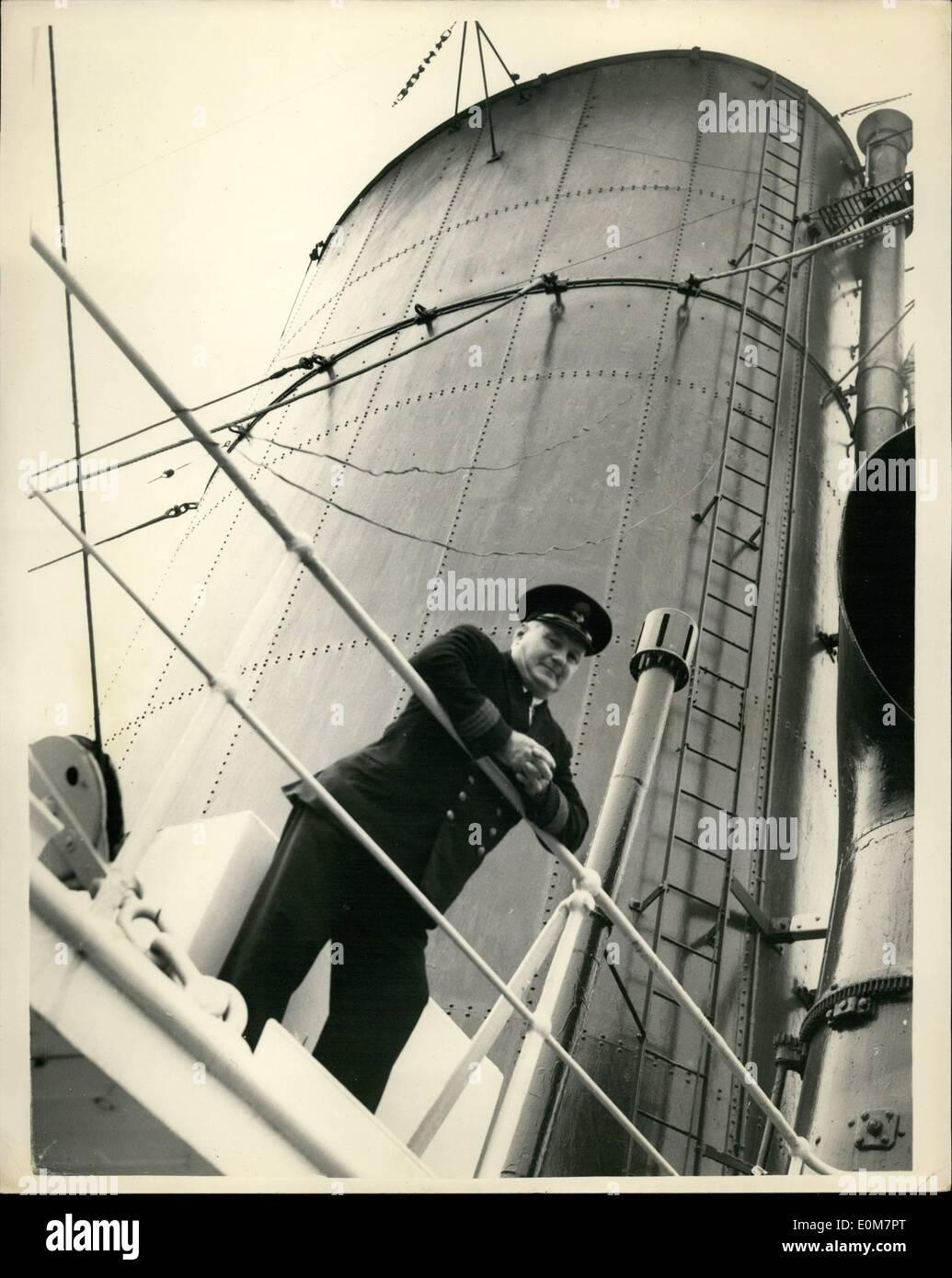 01 janv., 1954 - Navire de mille Romances'' rend dernier voyage: l'Australien surnommé son ''le navire d'un mille romances'' les gracieuses 21 000 tonnes de P et O Mooltan, Tilbury gauche aujourd'hui et son dernier voyage à l'brakers de la Clyde. La chemise a été mis en service entre Londres et l'Australie en 1923. Sur la photo, c'est aussi le dernier voyage pour Commedore Ingénieur en chef James Mitchell Andrews, qui s'est joint à l'aller il y a 30 ans pour son voyage inaugural vu à bord du paquebot à Tilbury aujourd'hui. Après 41 années en mer, 10 d'entre eux dans le Mooltan, M. Andrews prend sa retraite. Photo Stock