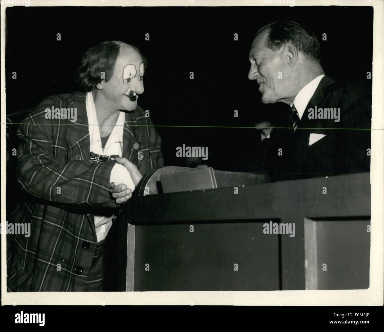 12 déc., 1953 - Prince Axel de Danemark répond à Ccoco au cirque. 4f2dafbd4d2
