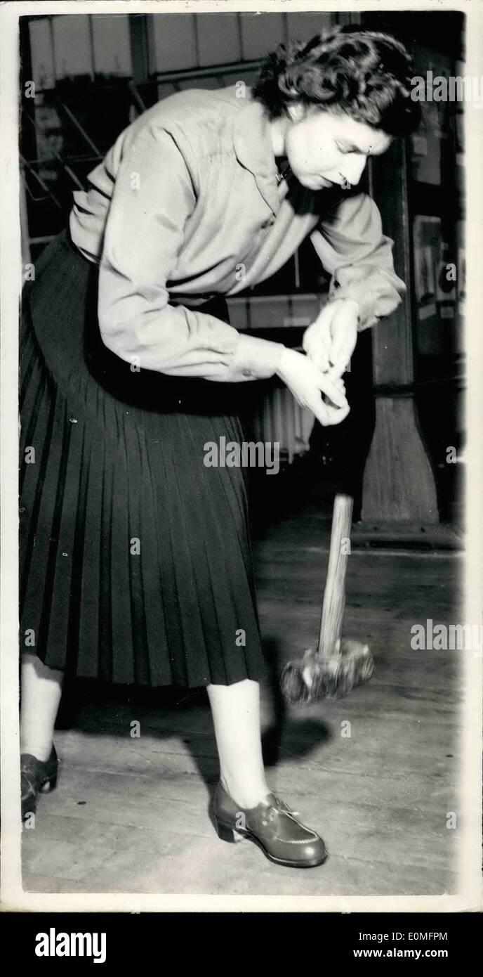 Mar. 03, 1955 - Centre de santé et de sécurité industrielle à Londres: le ministre du Travail - Sir Walter Monckton ce matin avait un aperçu de la santé et de la sécurité industrielle Centre qu'il est d'ouvrir ce soir à Horseferry Road. Il s'agit d'une exposition de vêtements de sécurité de tous types. Photo montre Mlle A.Horne, qui est un inspecteur d'usine dans le sud de Londres District - démontre la salubrité dans l'embout en acier protégé les chaussures de femmes. Elle est la suppression d'une Twn Pound hammer sur ses orteils avec une parfaite sécurité. Ils sont conçus pour supporter le poids de 150 lbs, a chuté de 2 pieds. 6 ins. en hauteur. Banque D'Images