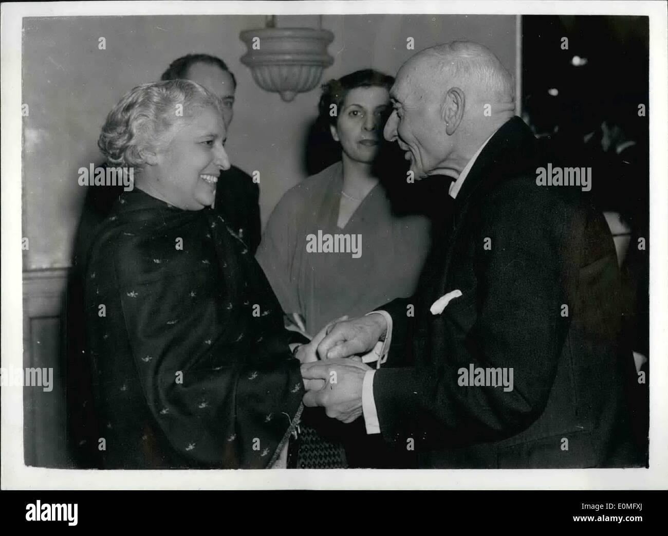01 janvier 1955 - Réception pour Mme Pandit: une réception en l'honneur de Mme Pandit, le nouveau Haut Commissaire, a été donnée par la Ligue de l'Inde à Caxton Hall de Westminster hier soir. Sur la photo, Mme Pandit vu 83 ans salutation Seigneur Pethick-Lawrence, à la réception d'hier soir. Banque D'Images