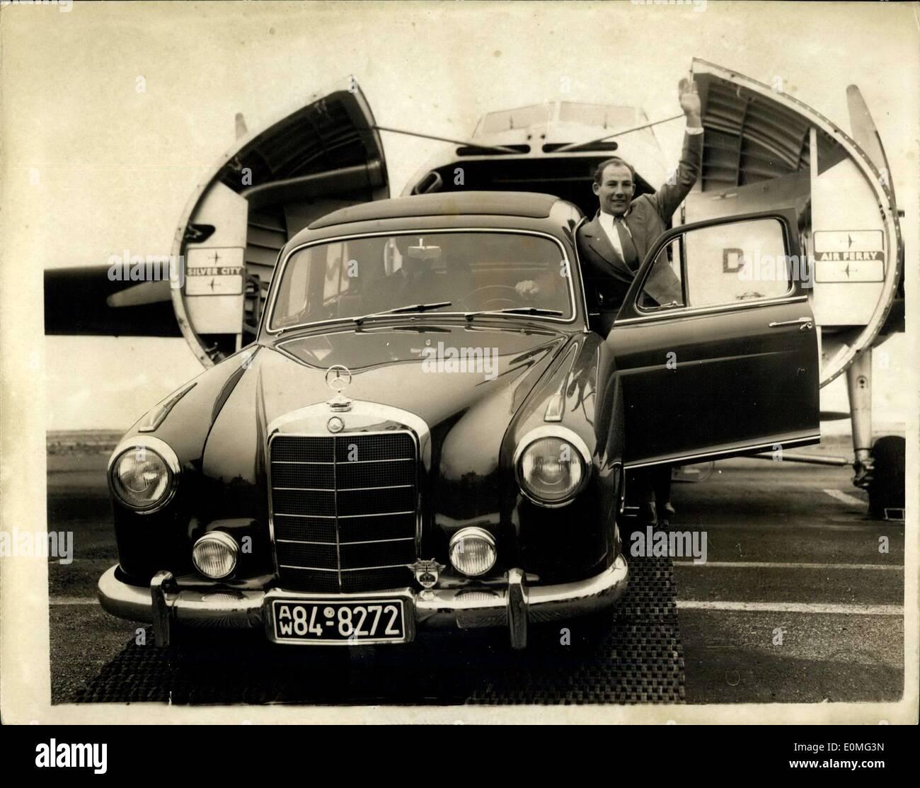 80c3ab07f07b Mars 05, 1955 - Stirling Moss revient avec location de cadeau après son  grand triomphe dans le Mille Miglia   Stirling Moss, le British Racing, ...