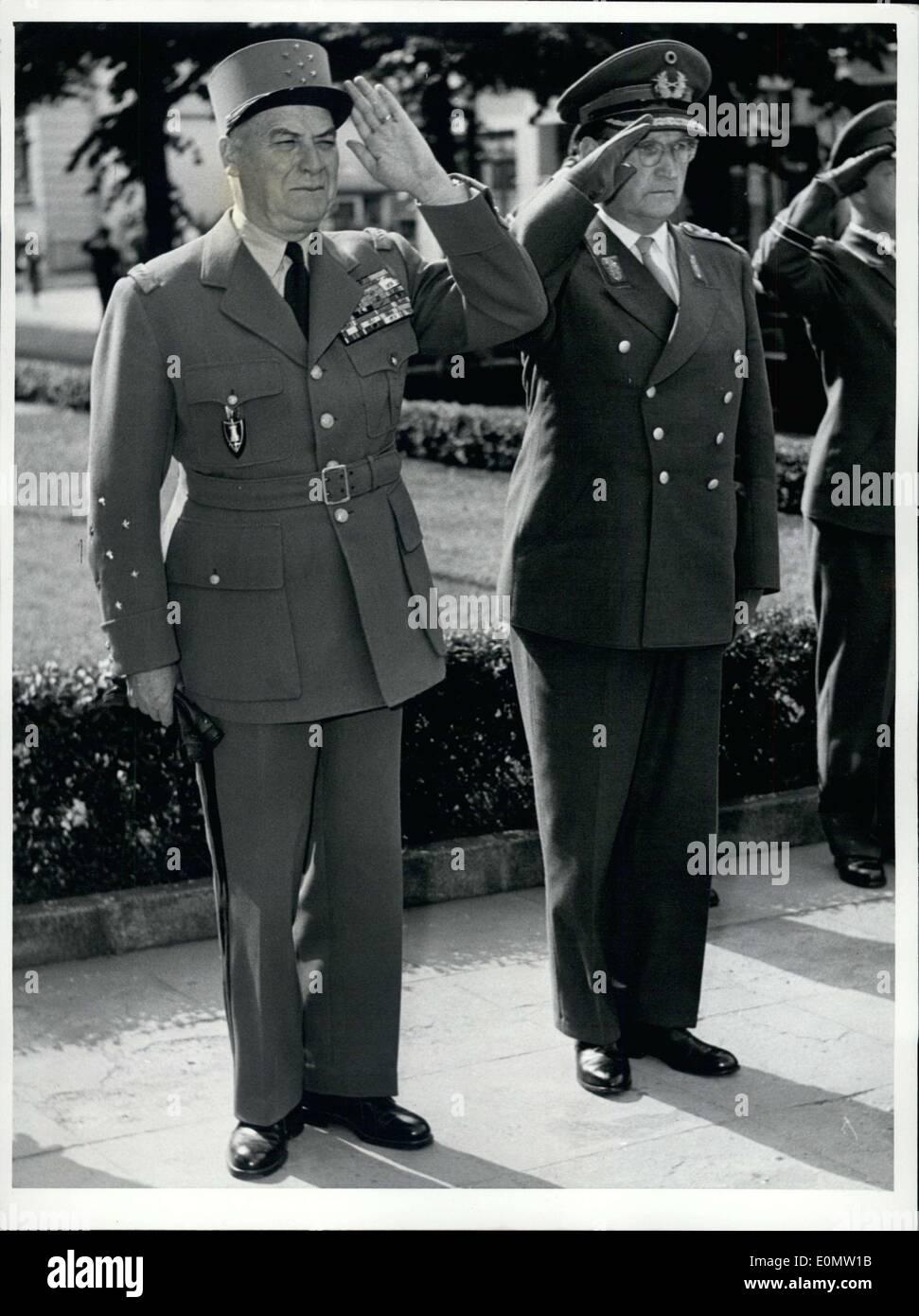 Juillet 06, 1956 - Français général de l'OTAN Juin est arrivé à Bonn pour une visite d'adieu, réunion avec le président fédéral M. Heuss et parlant dans le ministère de la défense. Au lieu d'une garde d'honneur militaire habituelle, les deux hymnes nationaux, de l'Allemagne(Deutschlandlied) et la France (Marseillaise) ont été joués. On voit ici le maréchal Juin et le général Speidel saluant pendant les hymnes nationaux. Photo Stock