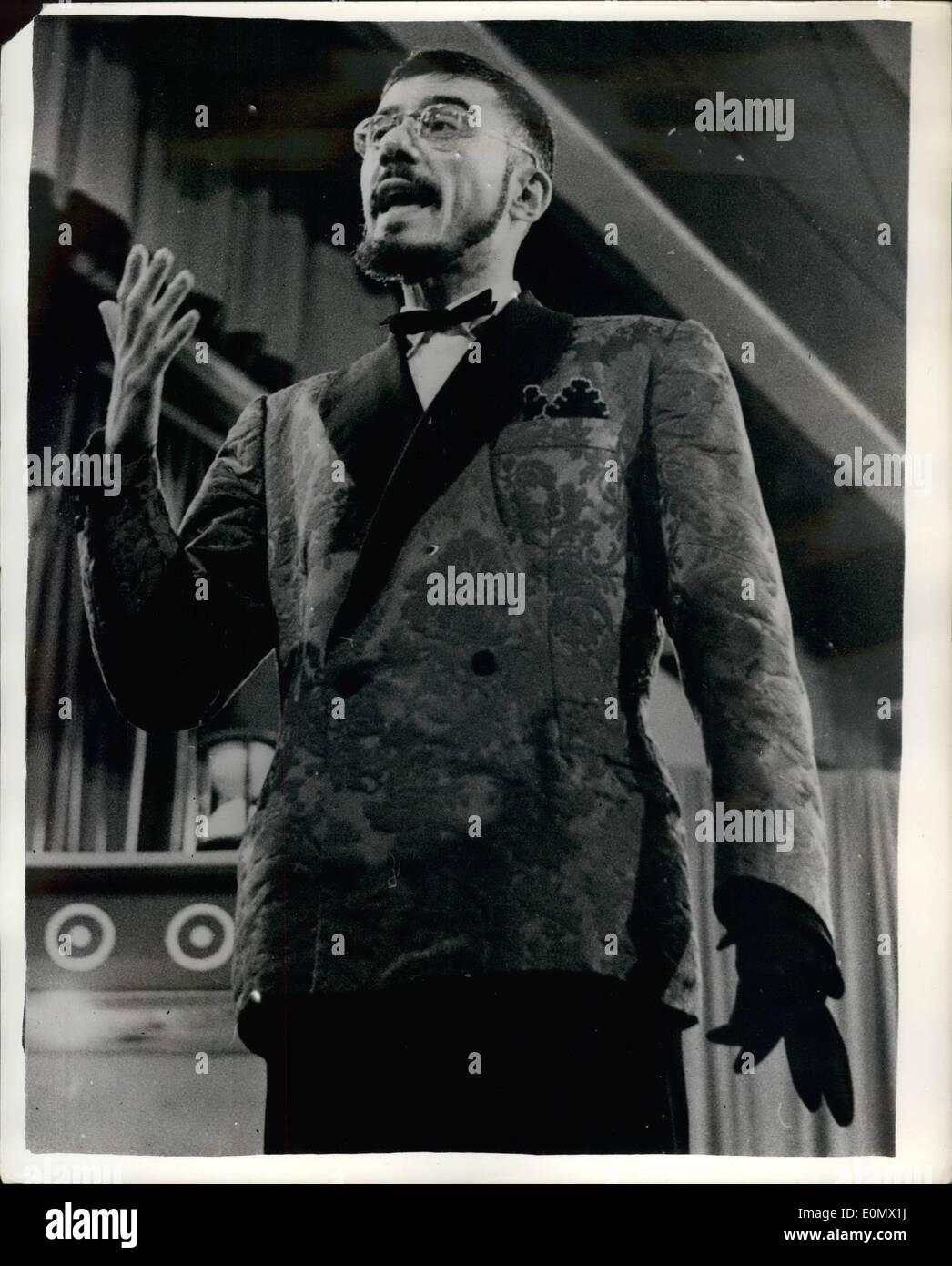 10 octobre 1956 - Le nouveau ''Beau Brummel'' de l'Italie - en concurrence dans ''Fashion'' Quiz à Milan... Gianluigi Marianinj - qui a remporté le titre de la nouvelle ''Beau Brummel'' de l'Italie - en raison de son étonnante modes de robe - est en train de prendre part à une télévision. Programme Quiz à Milan. et créé tout à fait une sensation en raison de son incroyable connaissance de la mode. Il a causé beaucoup de rires en raison de sa méthode de réponse à certaines des questions difficiles Photo Stock