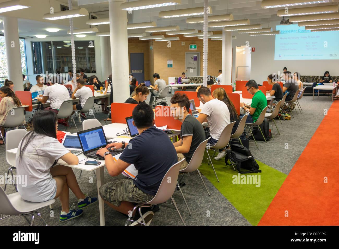 Sydney NSW Australie Nouvelle Galles du Sud UTS University of Technology Sydney campus Bibliothèque école éducation Haymarket stations informatiques étude étudiant laboratoire Photo Stock