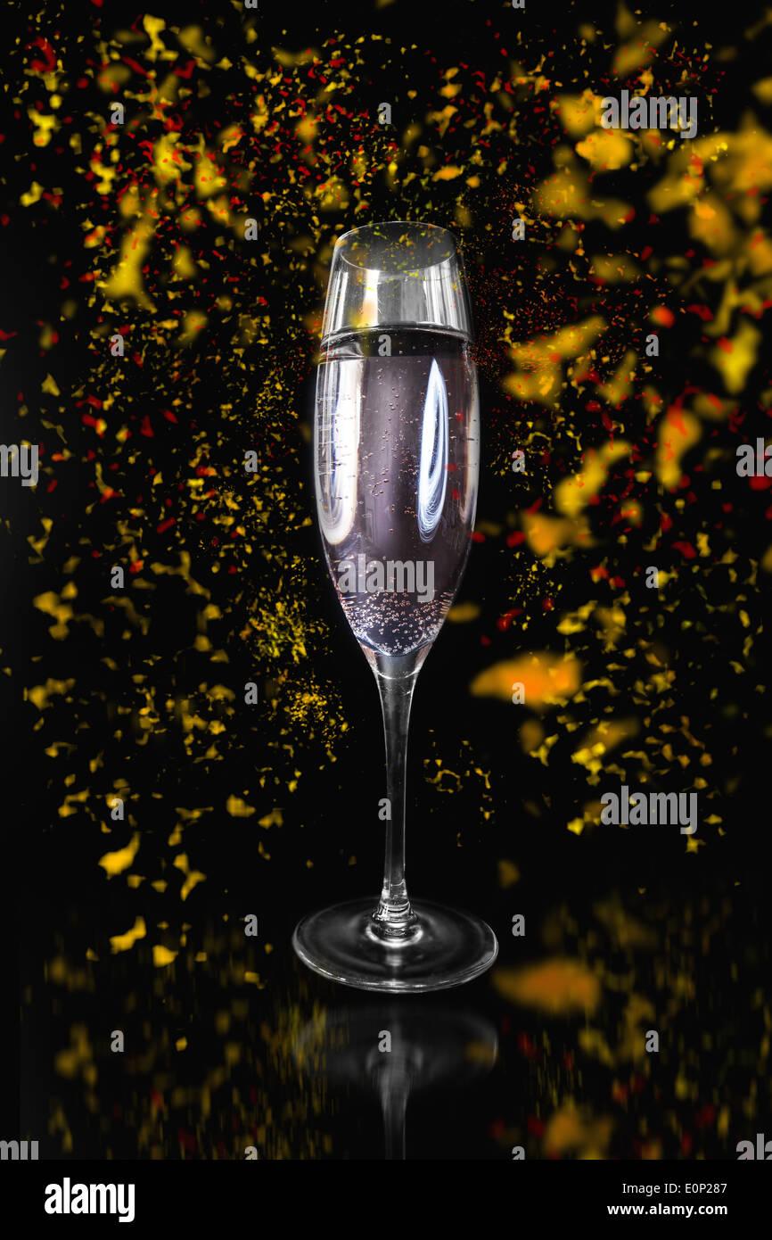 Flûte de champagne entouré de confetti Photo Stock