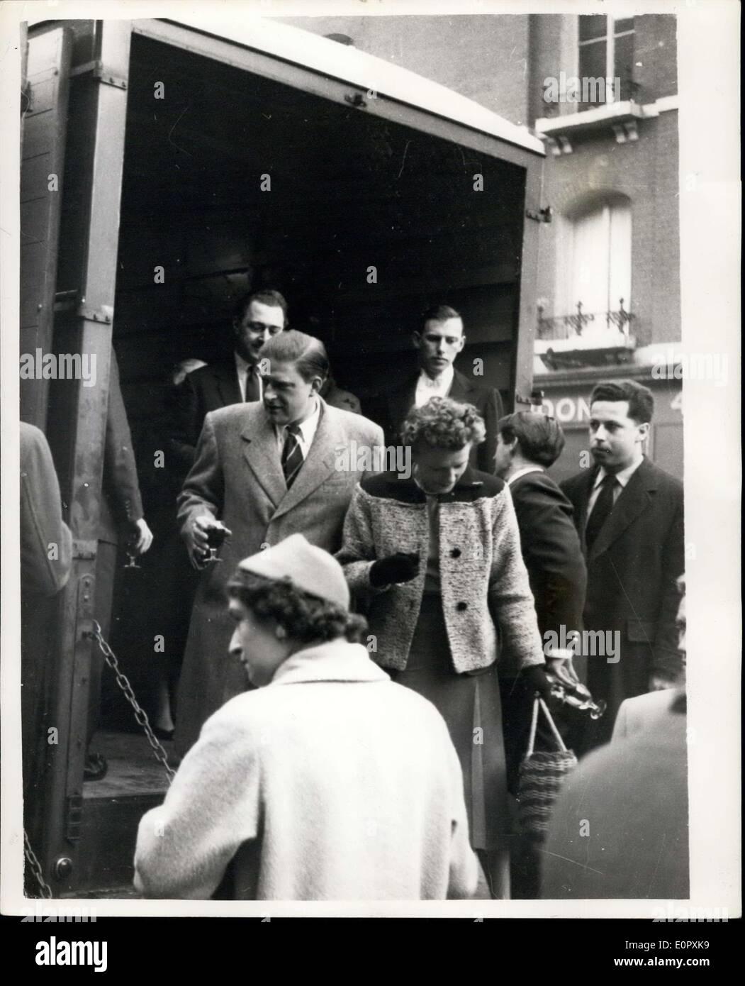 12 avril 1957 - Le cousin de la Reine va dans Rock' à une fête fantastique sur une rame de métro: La smart set est allé sous terre la nuit dernière et secoue sans arrêt autour du cercle intérieur route de Charing Cross à Charing Cross, ils compétents et, secoué par ther Euston, Kings Cross, Faringdomn, et Edware-route, et le prix de la tour ronde a été deux shillings. Que wha~chacune des 75 personnes - y compris le cousin de la Reine, le député Photo Stock