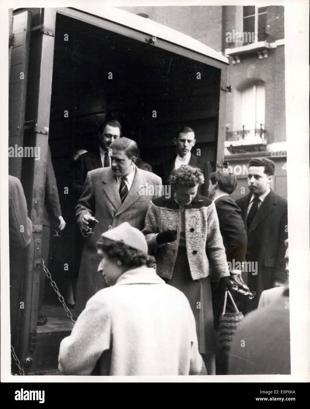 12 avril 1957 - Le cousin de la Reine va Rockin' à une fête fantastique sur une rame de métro le métro smart set est allé hier soir et secoue sans arrêt autour du cercle intérieur route de Charing Cross à Charing Cross. Il skiffled et bercé leur voie par Euston, Kings Cross, Farringdon, et Edgware road,-et le prix de la tour ronde a été deux shillings. C'est ce que chacune des 75 personnes - y compris le cousin de la Reine, l'honorable Gerald Lascelles, payé leurs billets Photo Stock